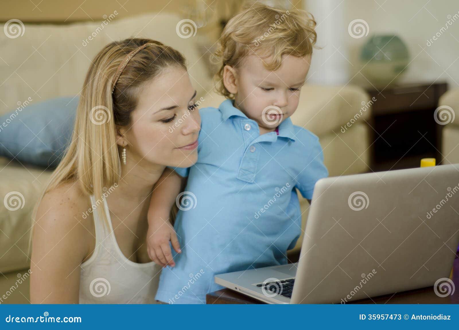 Mamá e hijo que usa un ordenador portátil