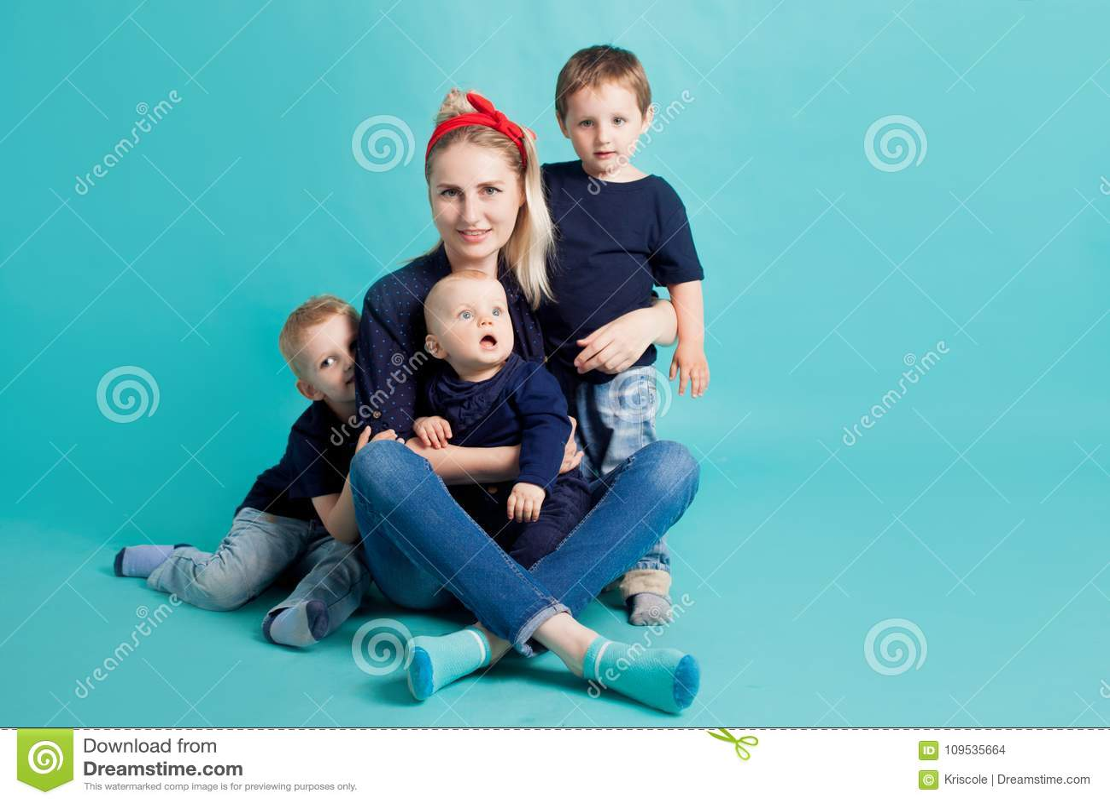 Mamá e hijos, retrato en fondo azul