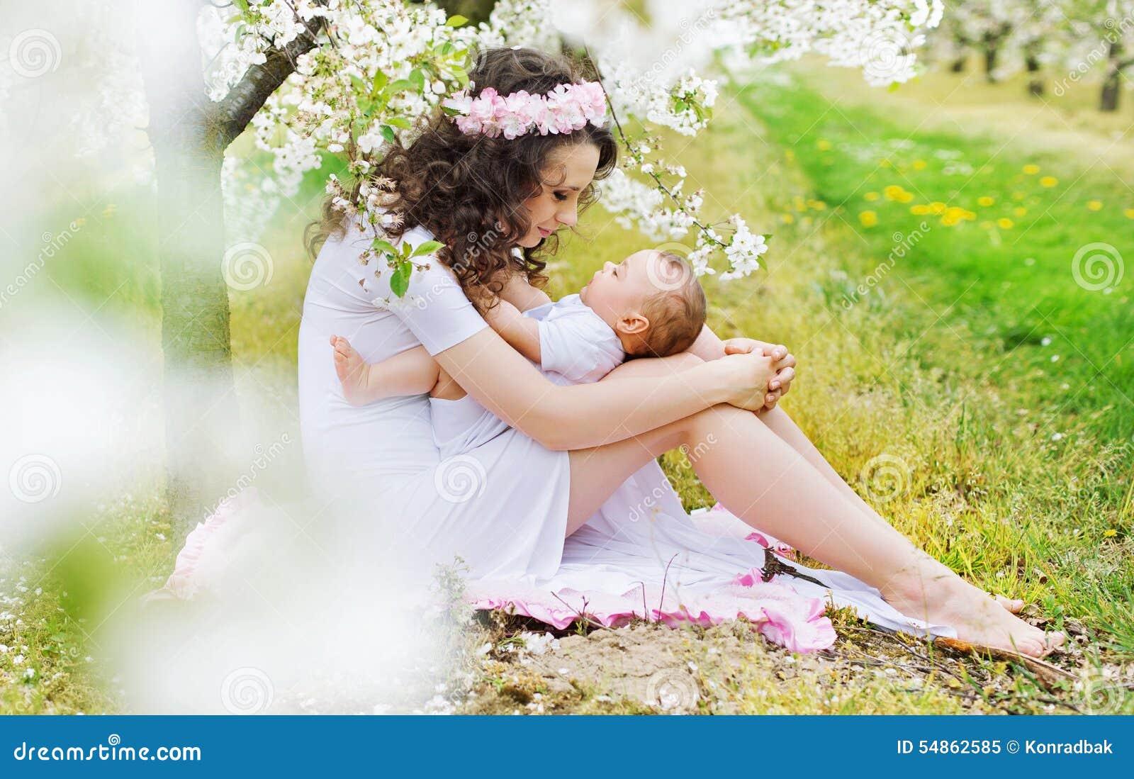 Mamá encantadora que juega con la pequeña hija