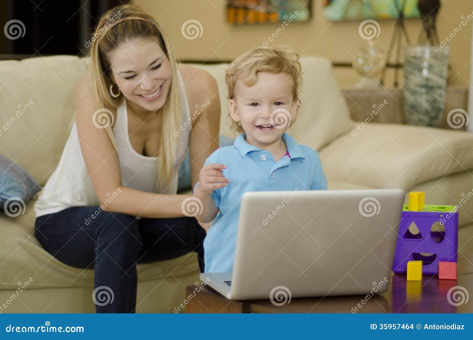 Mamá joven e hijo que se divierten