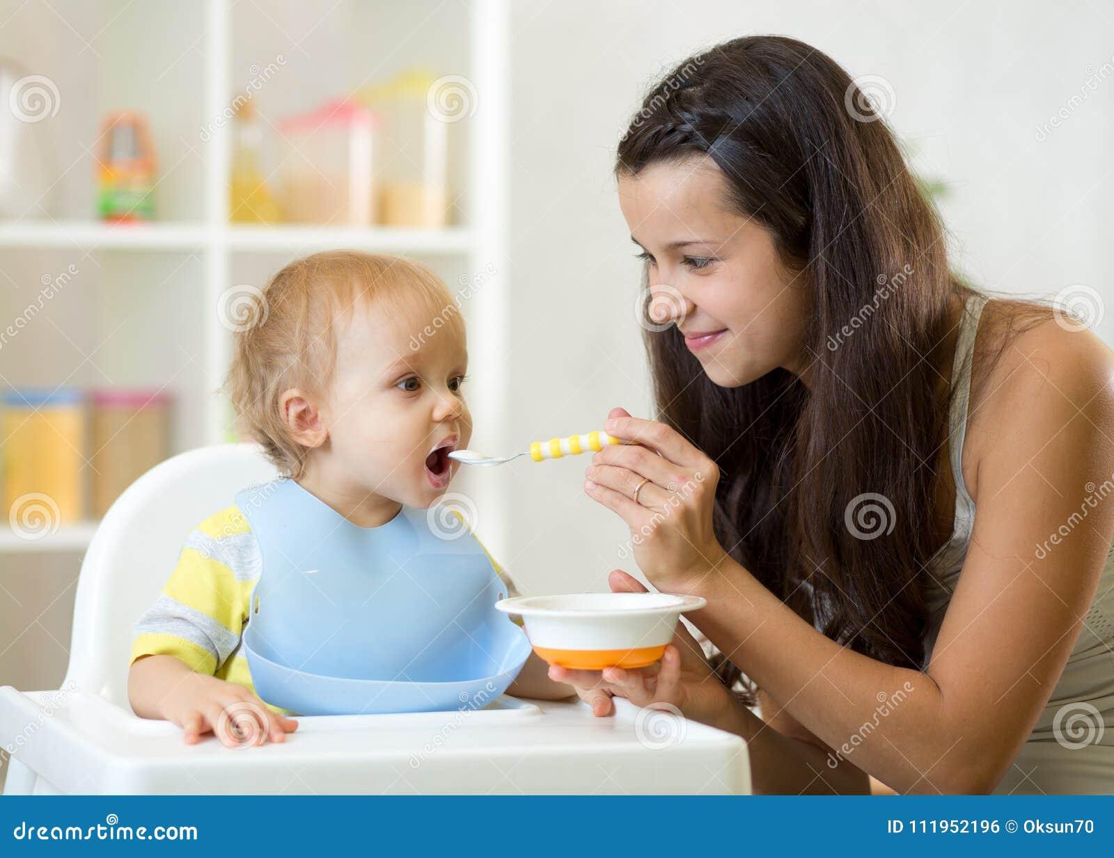 cuando se les da de comer a los bebes