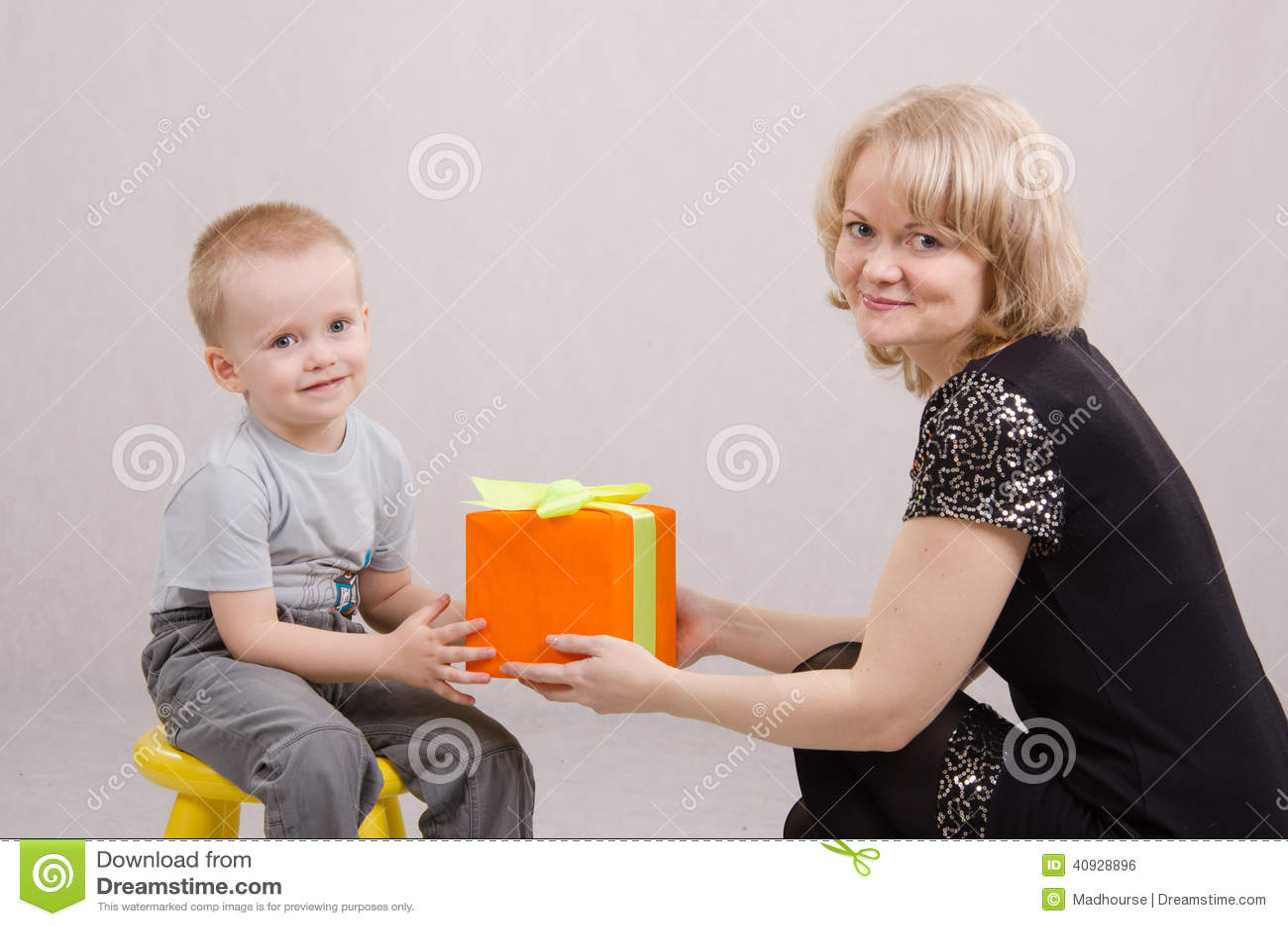 Imágenes: persona dando un regalo   madre dando de regalo