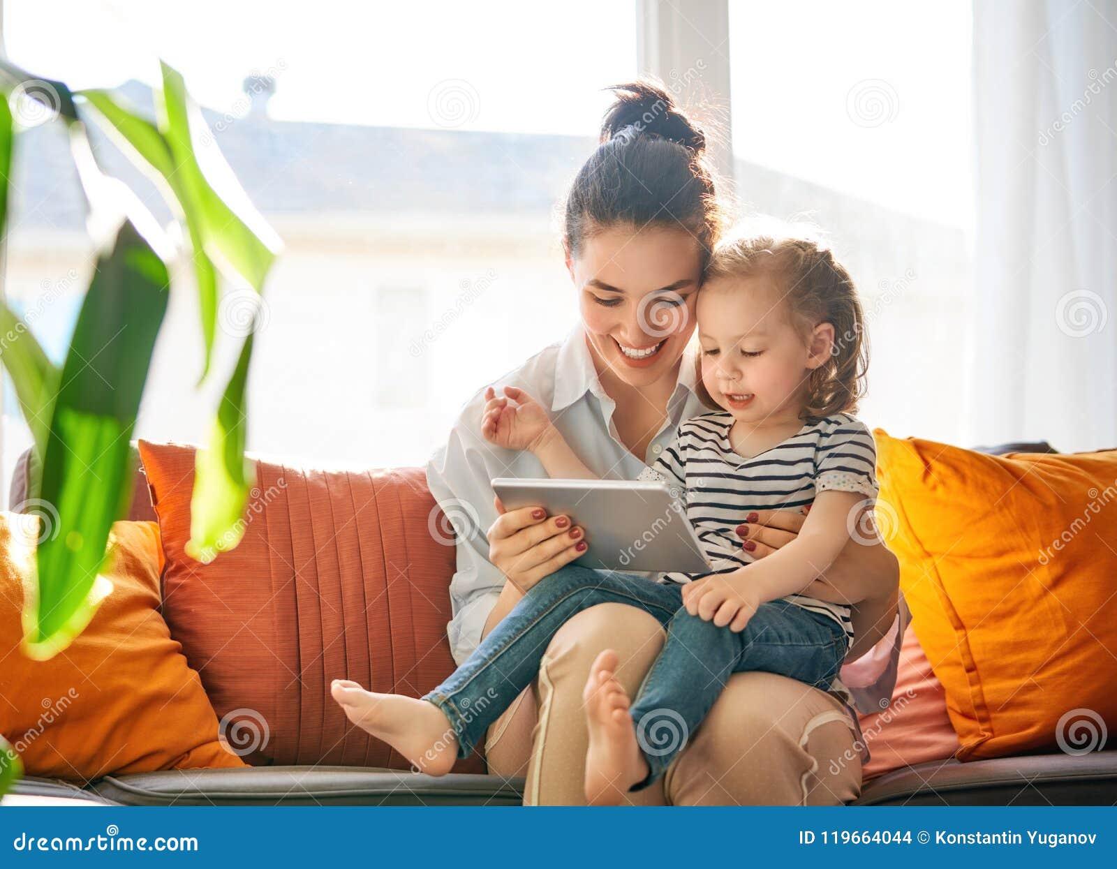 Mamá y niño con la tableta