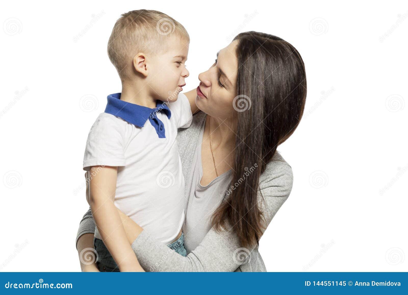 Mam? y peque?os abrazo y risa del hijo Dulzura y amor Aislado en un fondo blanco