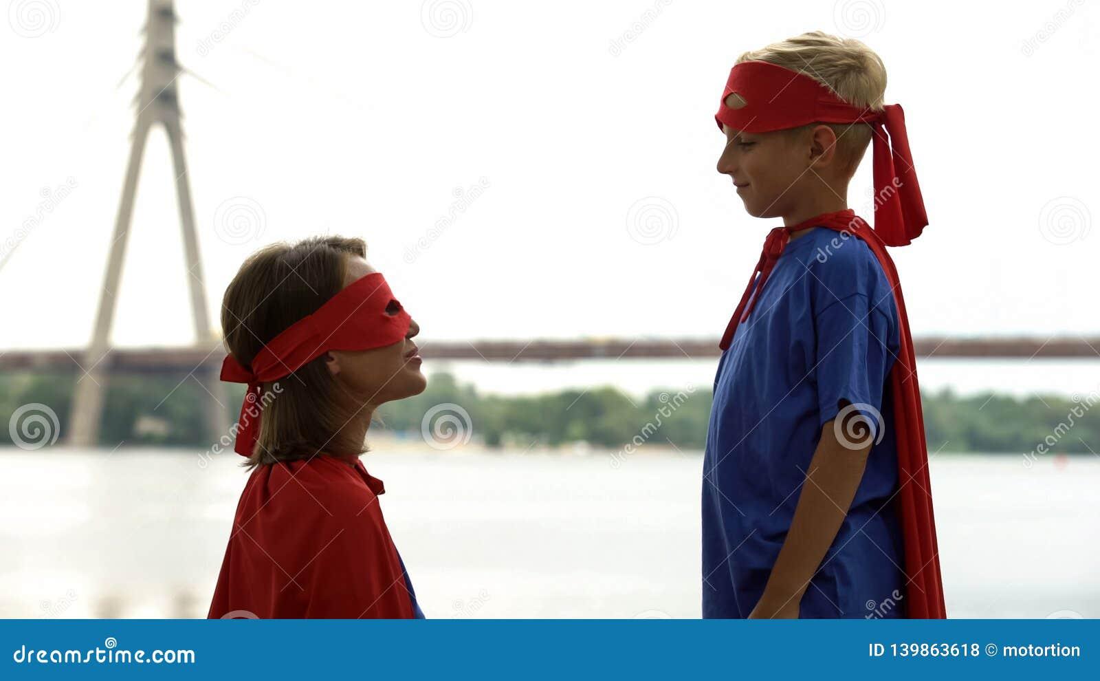 A mamã apoia o filho no jogo do super-herói, psicoterapia para que o menino lide com os problemas
