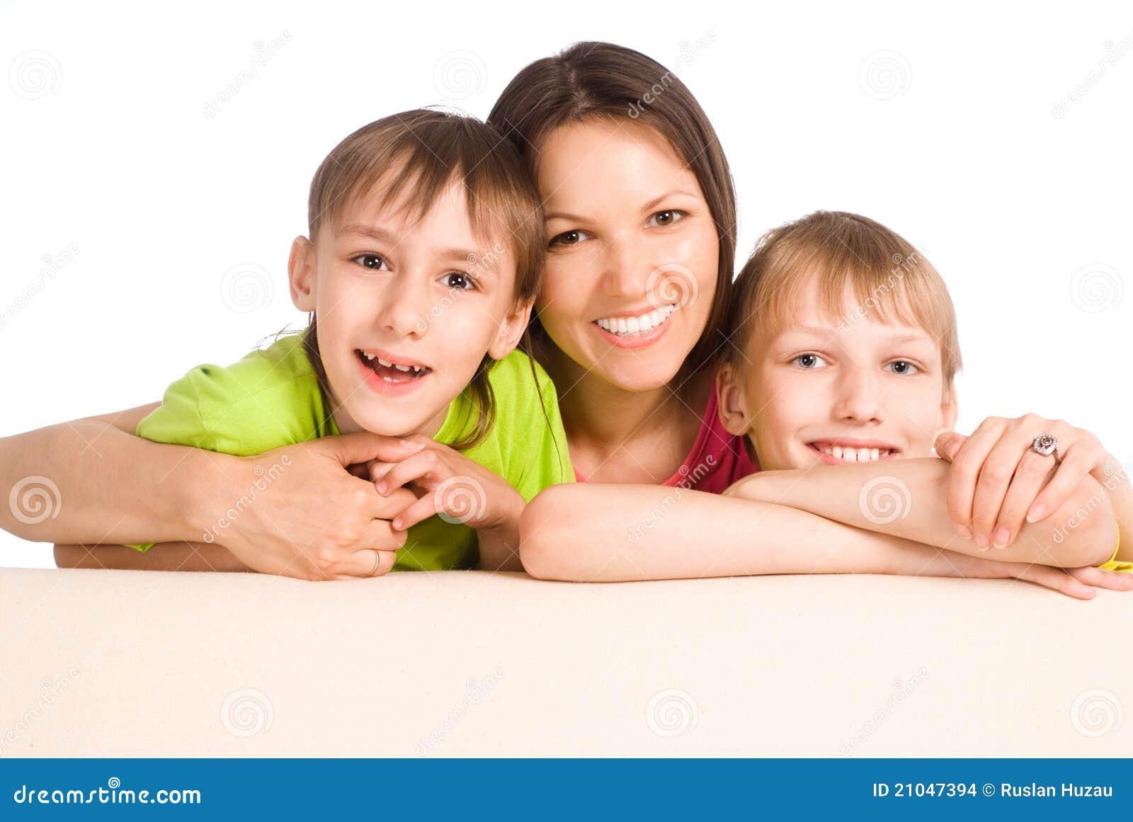 Mamã com os miúdos no sofá