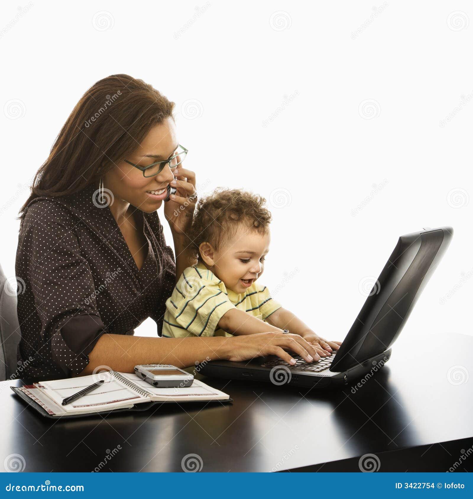 Mamã do negócio com bebê.