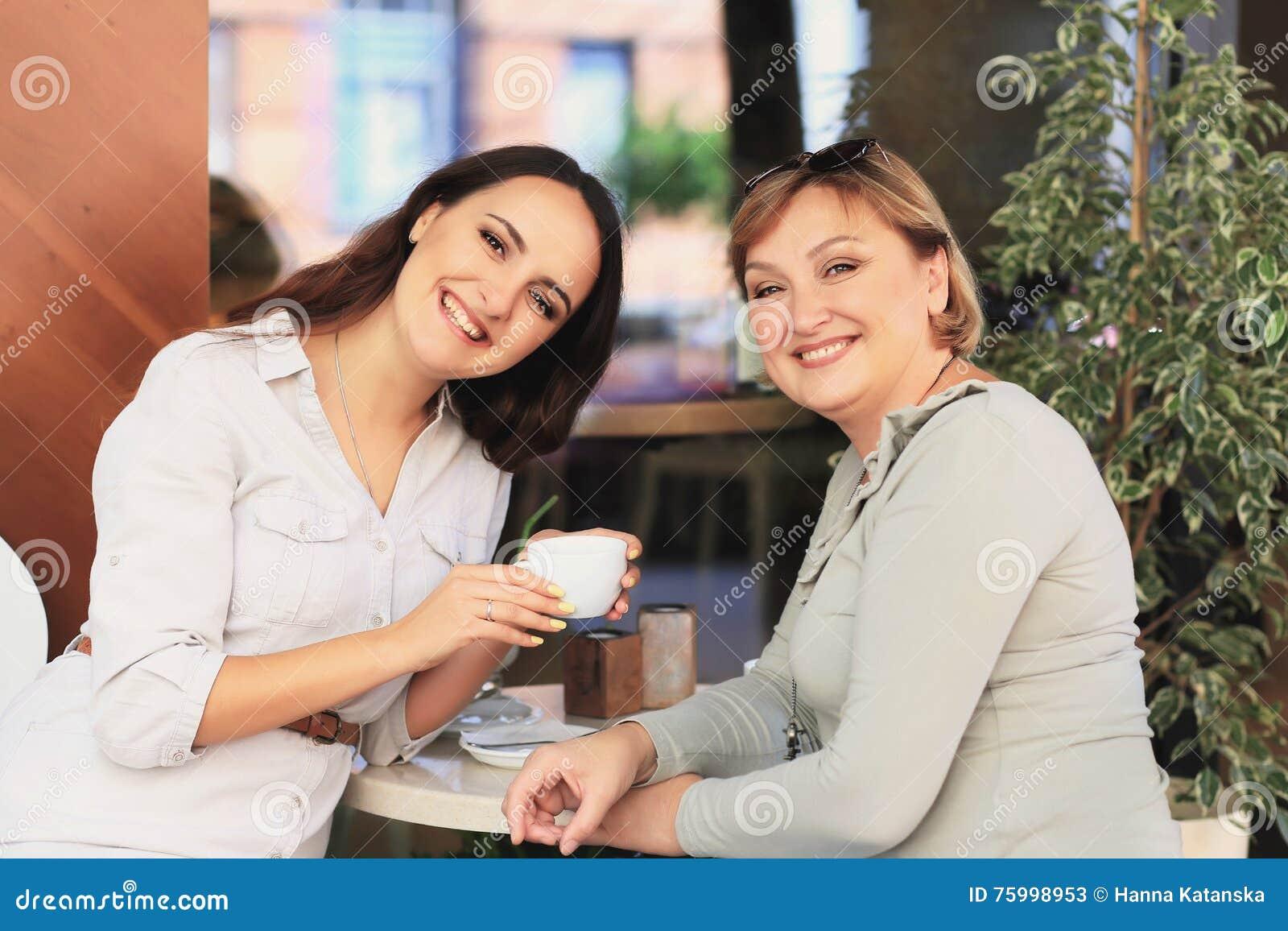A mamã e a filha estão no café