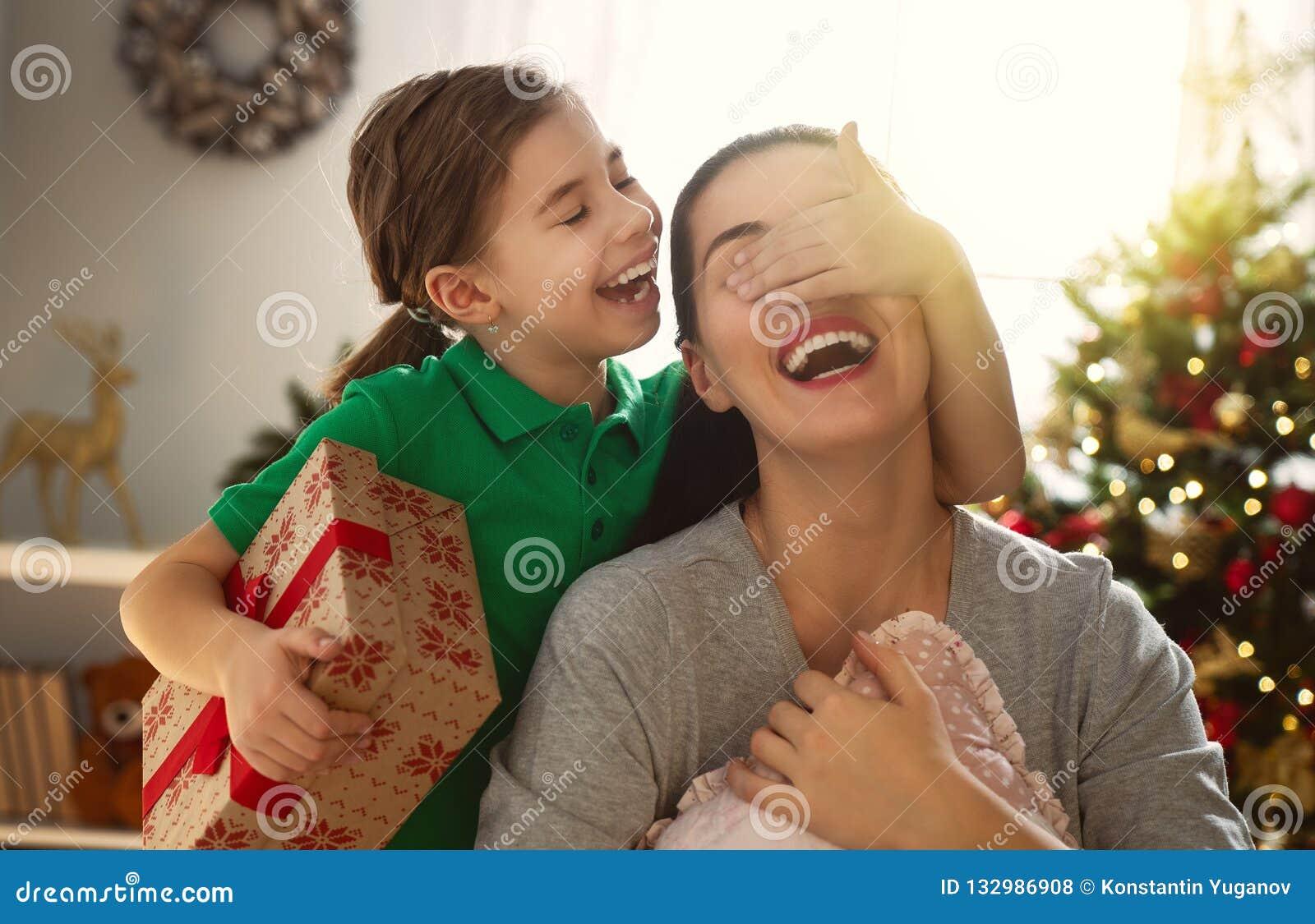 Mamã e filha que trocam presentes
