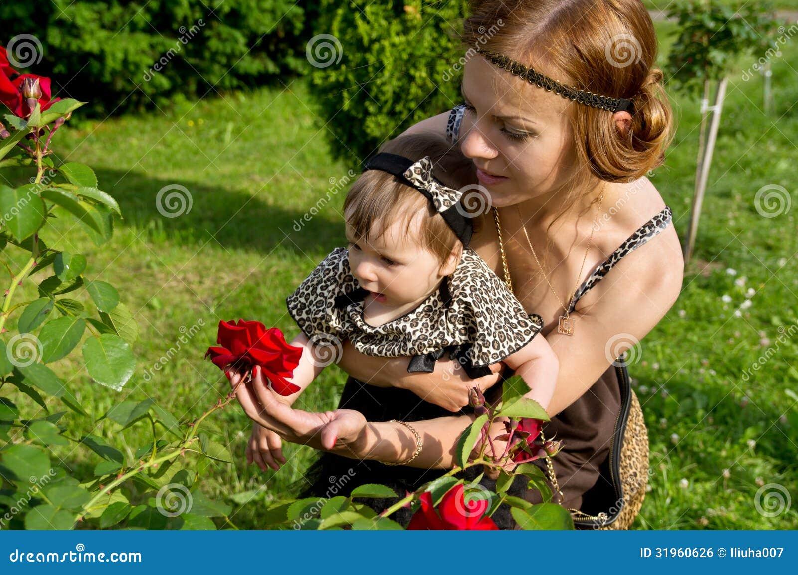 A mamã mostra a criança de flor