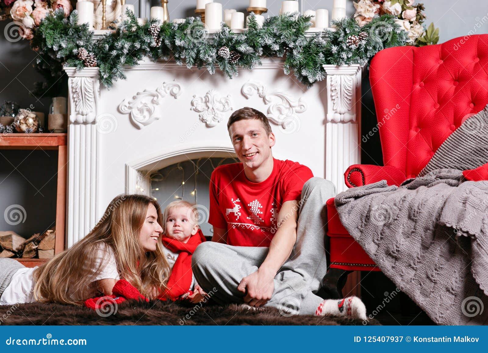 Mamã, paizinho e filho pequeno do bebê Feliz Natal loving da família e ano novo feliz Povos bonitos alegres Pais e