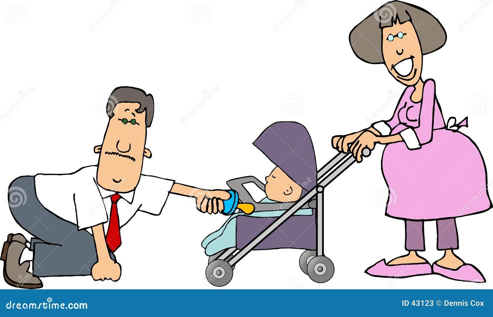 Mamã, paizinho e um bebê em um carrinho de criança