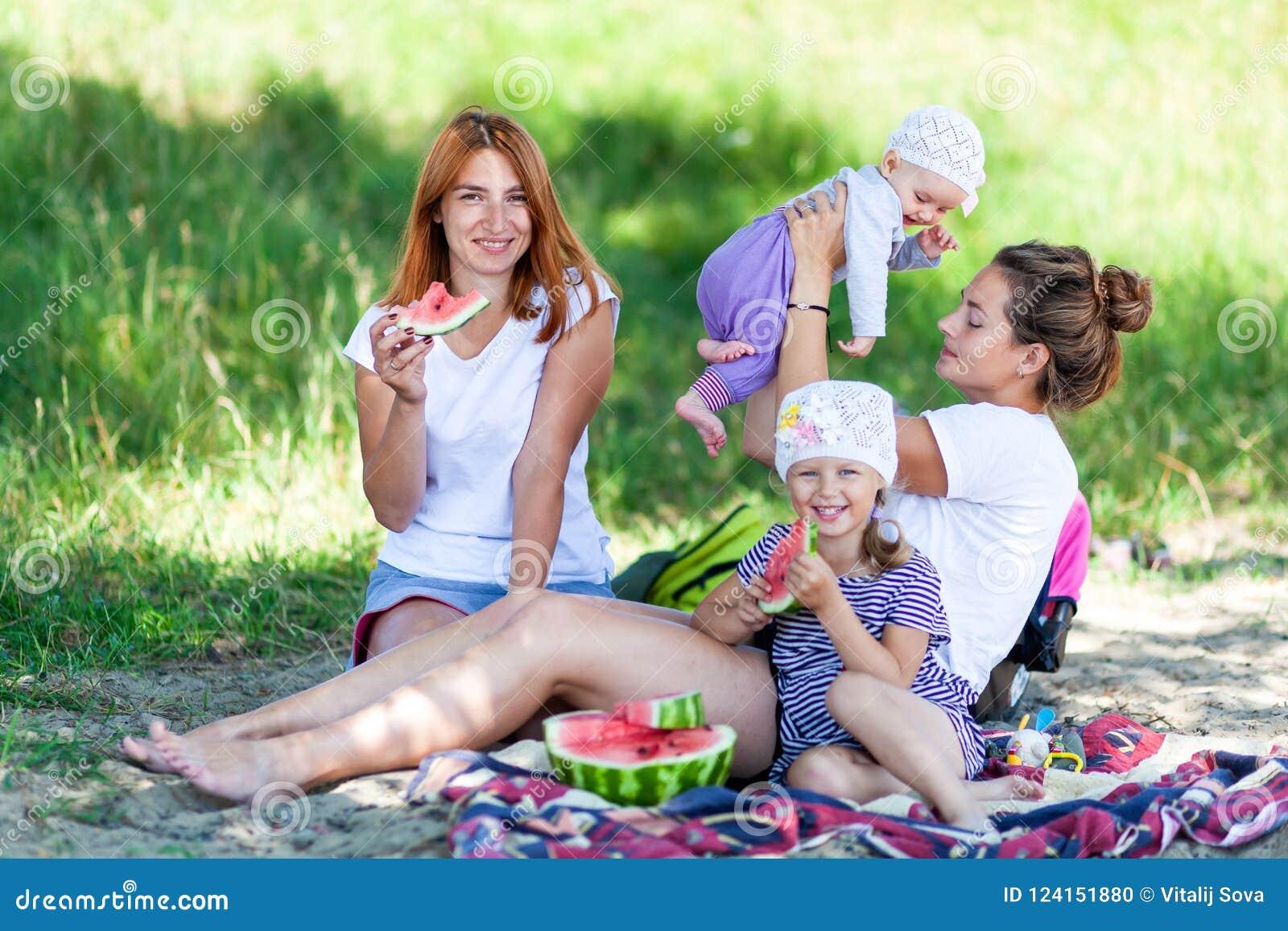 Mamã que joga com suas crianças