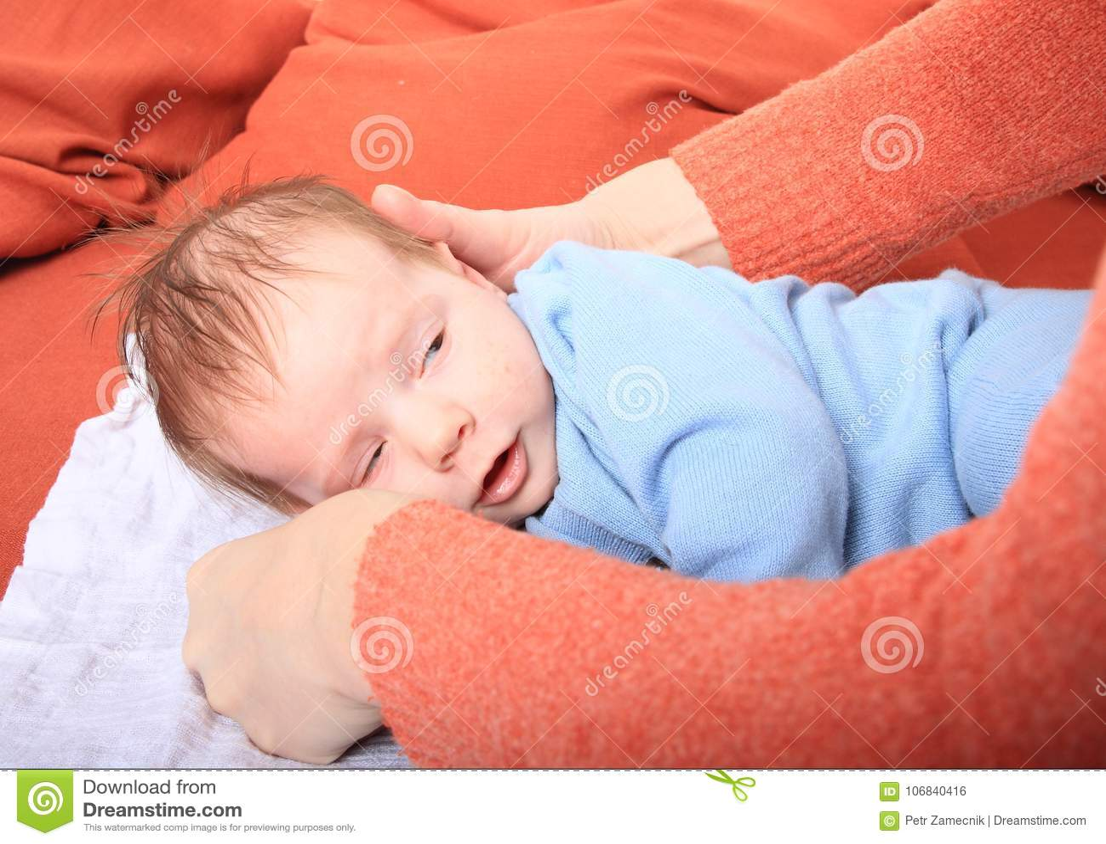 Mamã que nutre o bebê recém-nascido