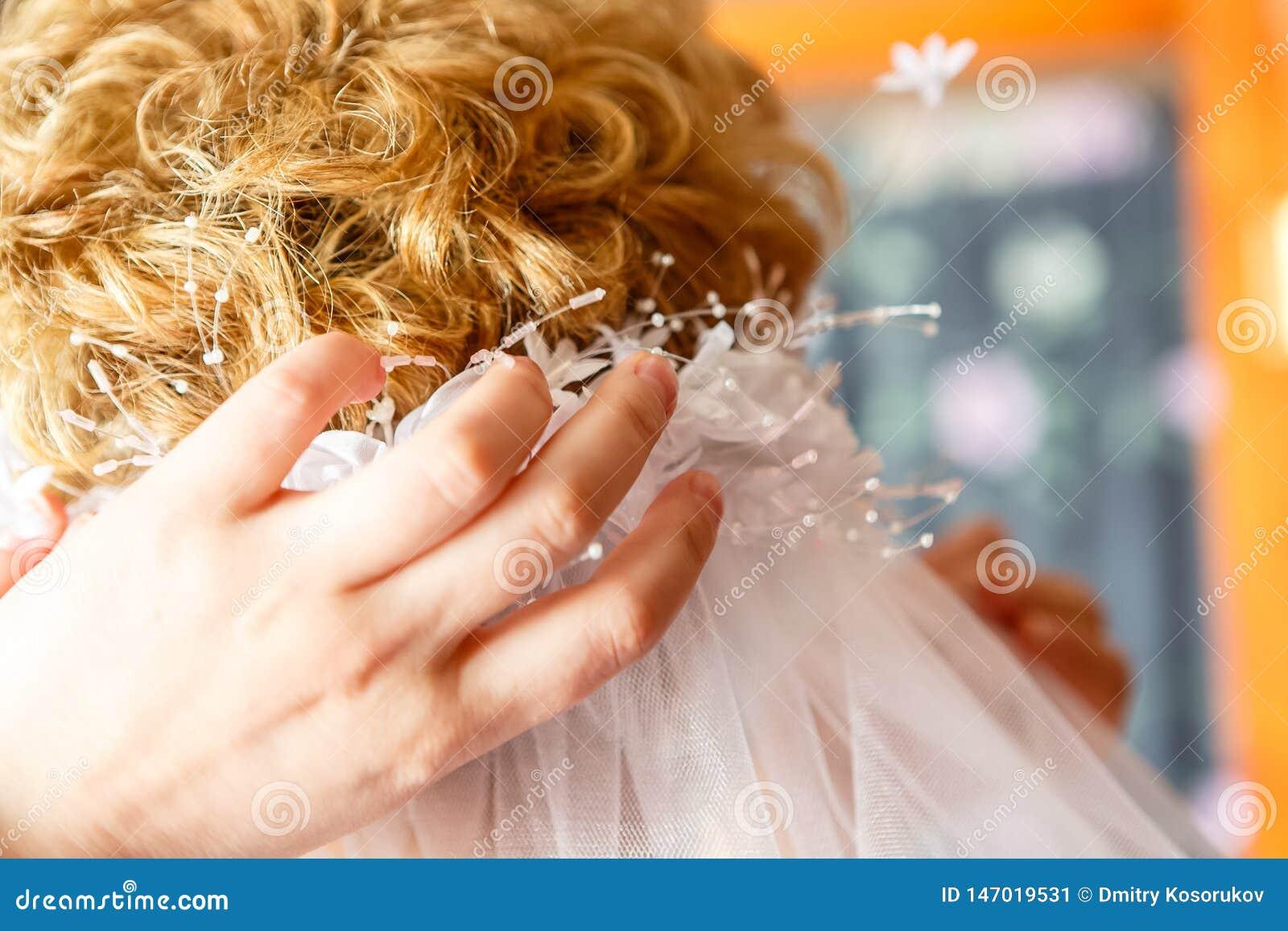 A mamã veste o véu do casamento da filha