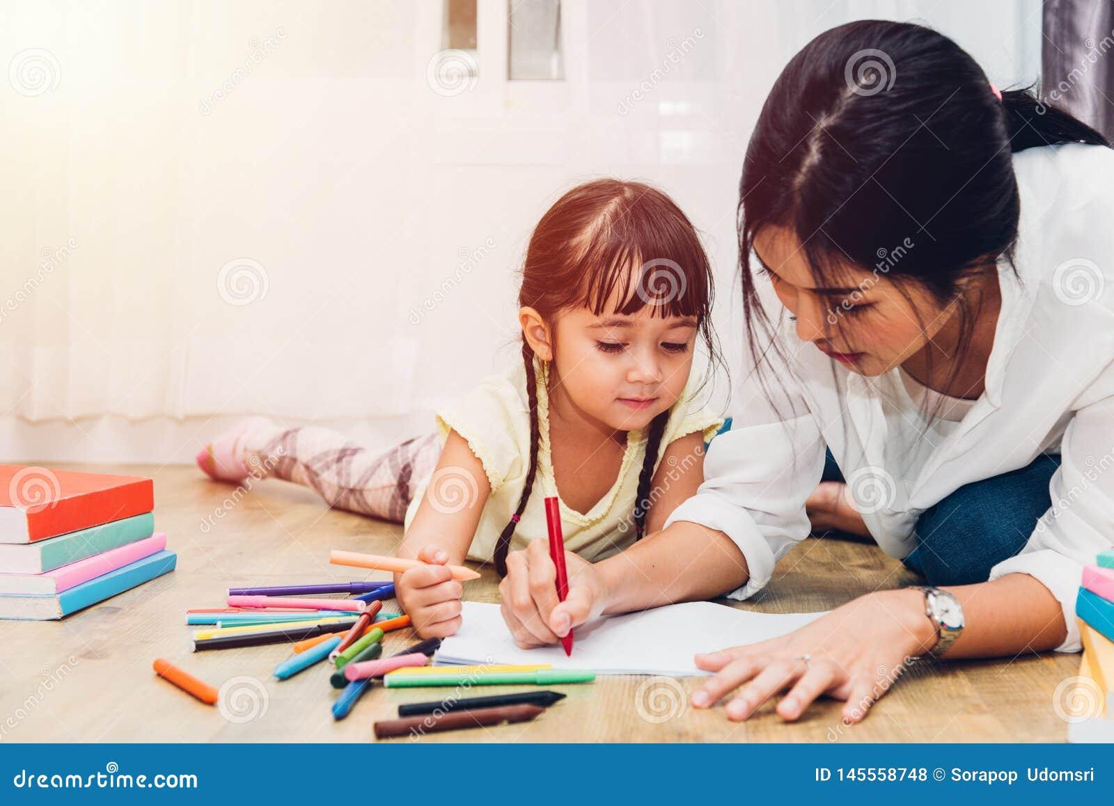 Mam? feliz de la madre de la educaci?n del profesor del dibujo de la guarder?a de la muchacha del ni?o del ni?o de la familia con