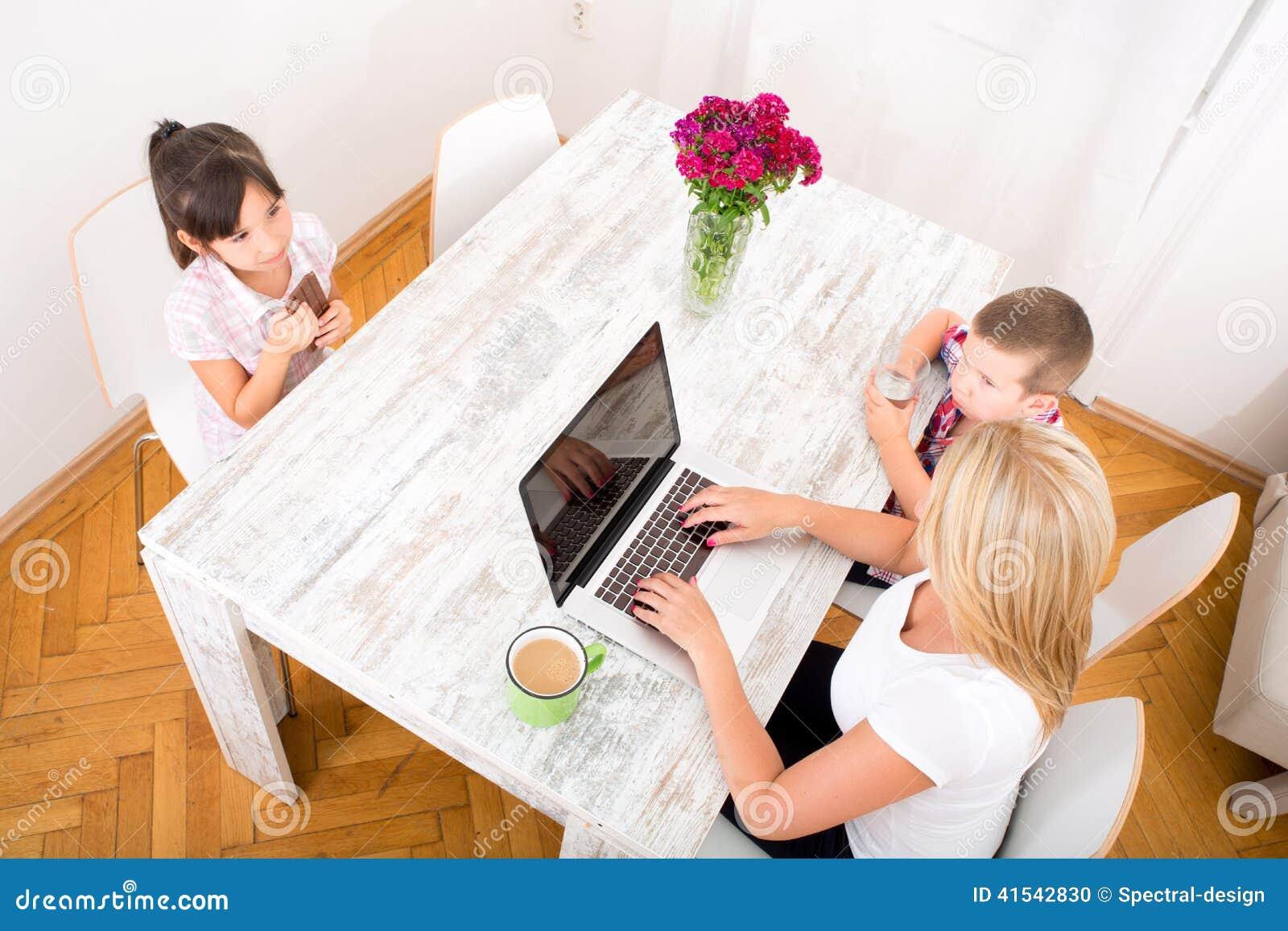 Mam que trabaja en casa foto de archivo imagen 41542830 - Trabaja en casa ...