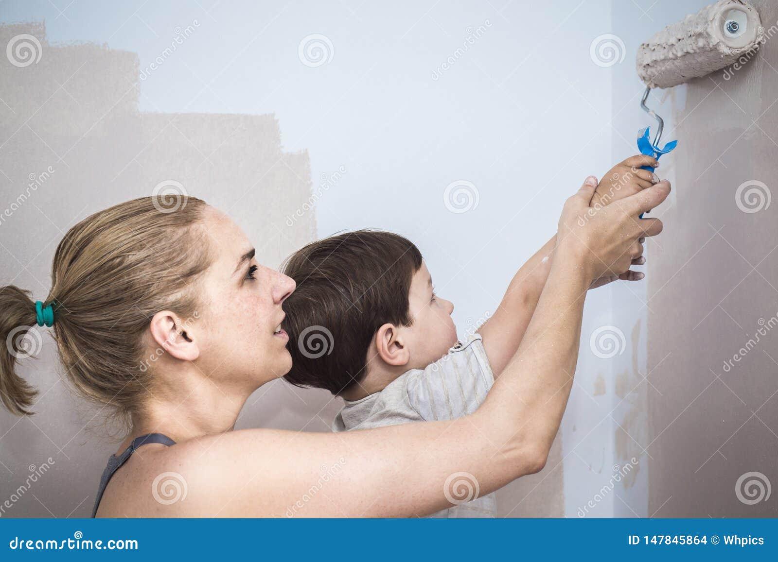 Mam teachs jej 3 roku syna obrazu z rolownikiem w domu
