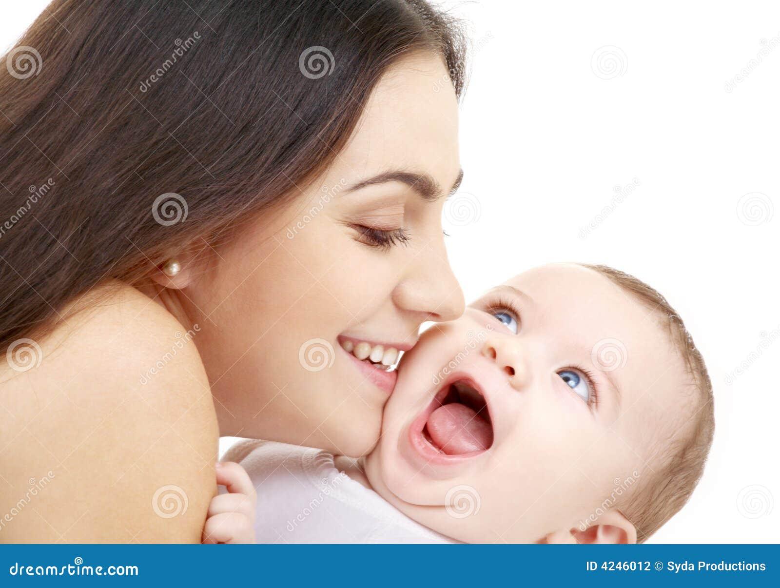 Mama brincalhão com bebê feliz