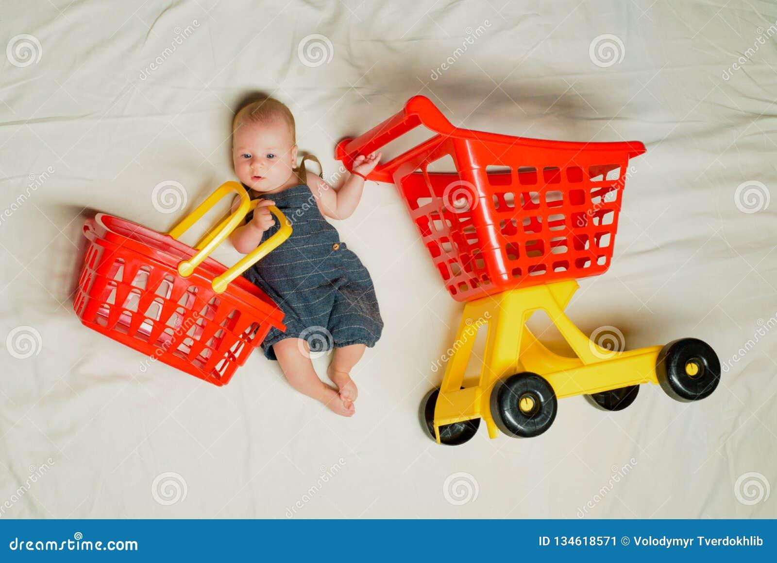 Mama de ayuda Felicidad de la niñez Oferta grande de la venta La pequeña muchacha va a hacer compras Pequeño bebé dulce Nuevos vi