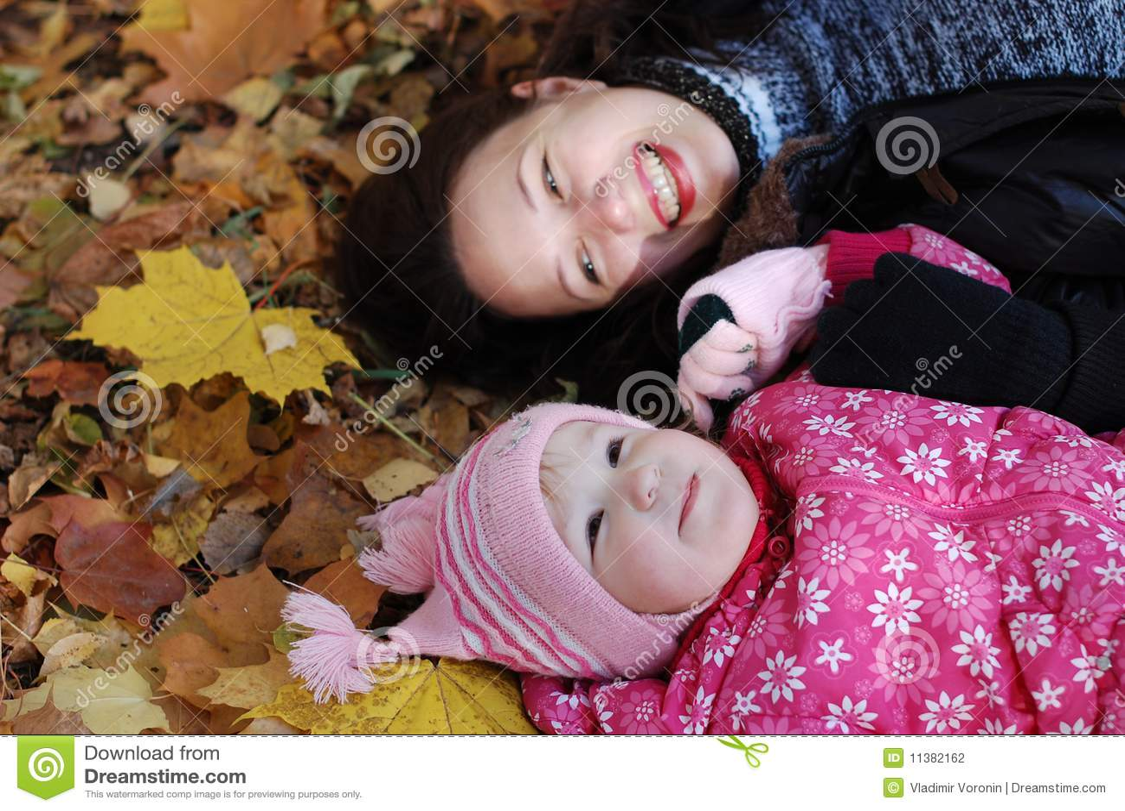 Mama mit einer Tochter im Herbstpark