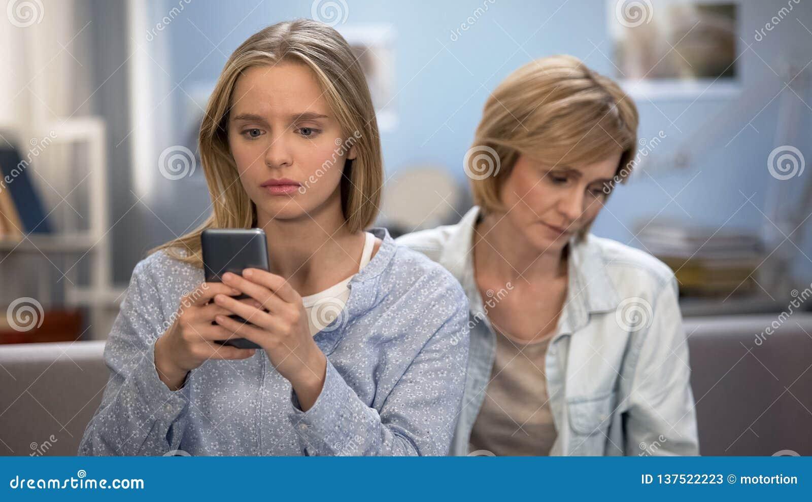 Mama próbuje opowiadać nastoletni dziecko w domu, powiązania problemy, telefonu nałóg