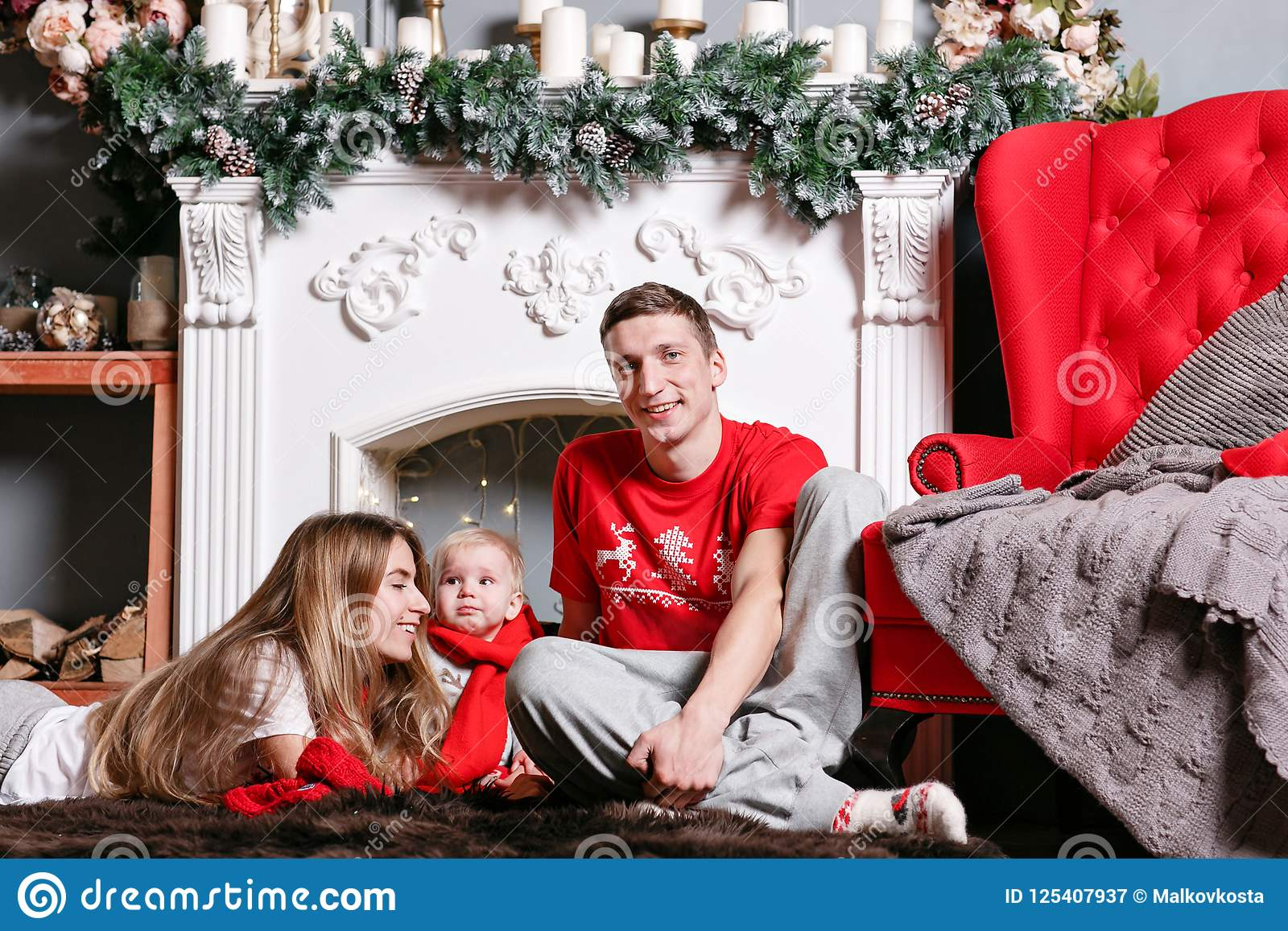 Mama, tata i mały dziecko syn, Kochający rodzinni Wesoło boże narodzenia i Szczęśliwy nowy rok Rozochoceni ładni ludzie Rodzice i
