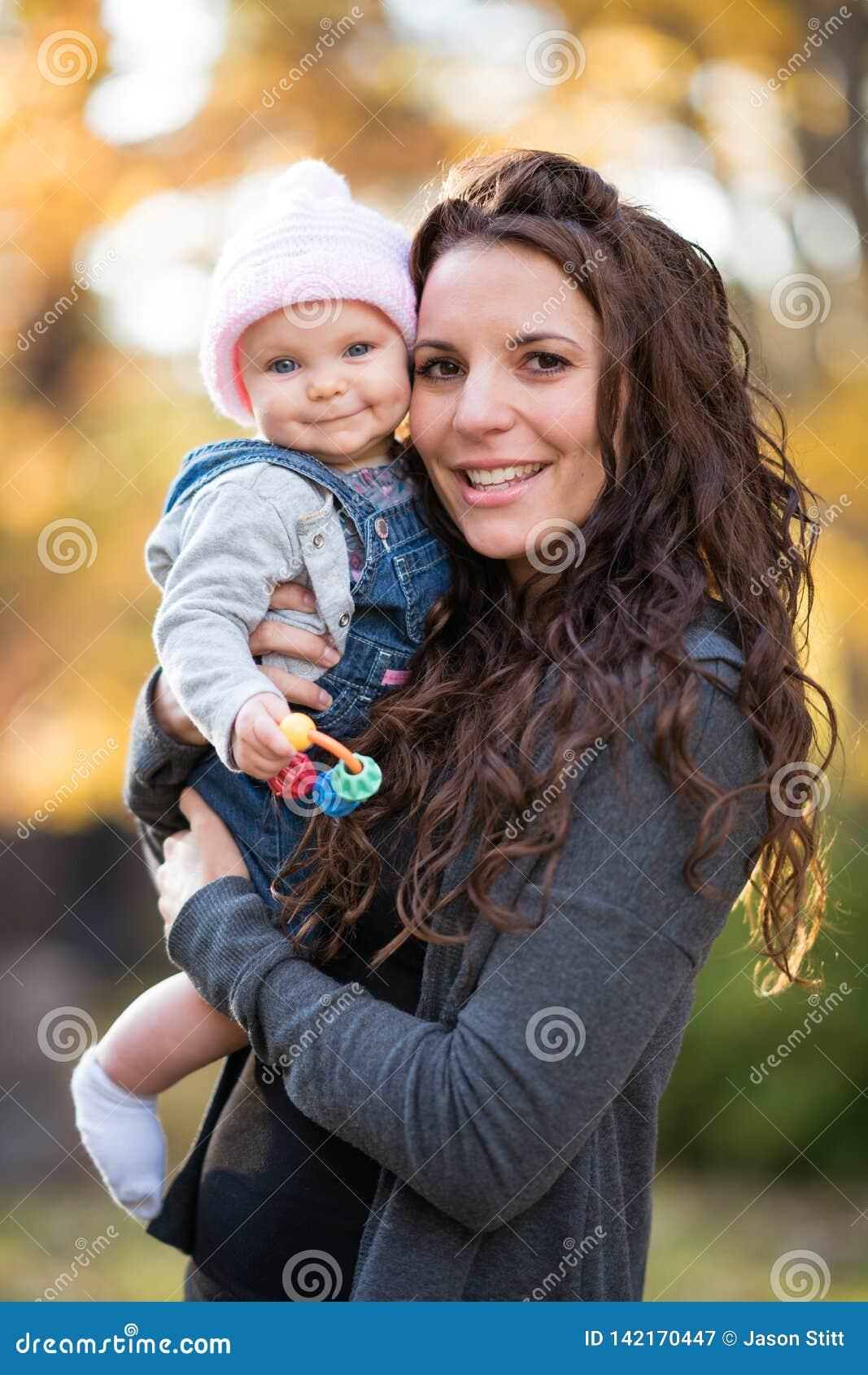 Mama Trzyma Uśmiechniętego dziecka