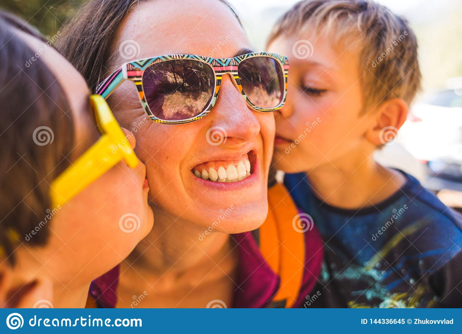 Maman de baiser d enfants