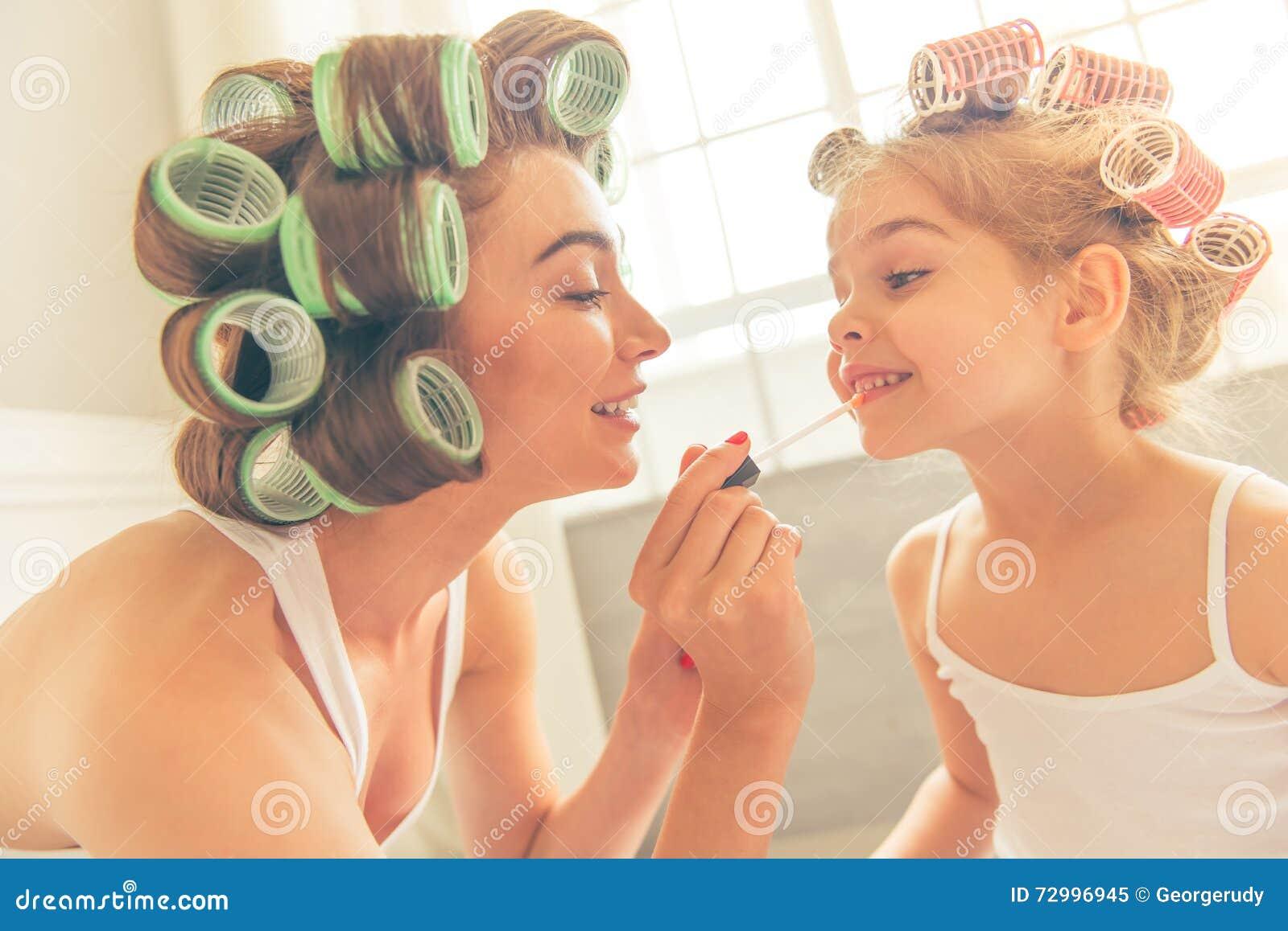 Maman et fille à la maison