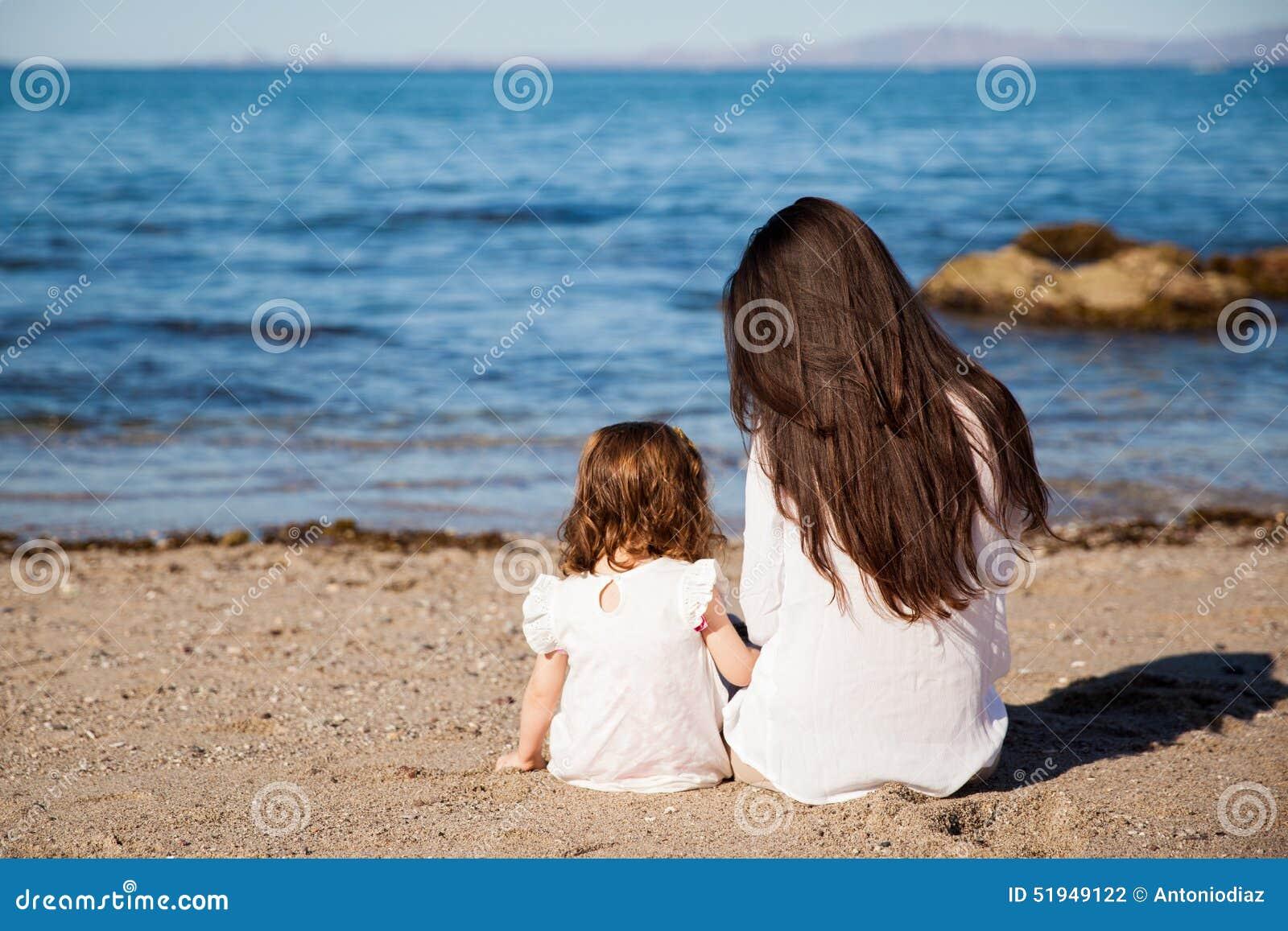 maman et fille la plage photo stock image du d tente 51949122. Black Bedroom Furniture Sets. Home Design Ideas