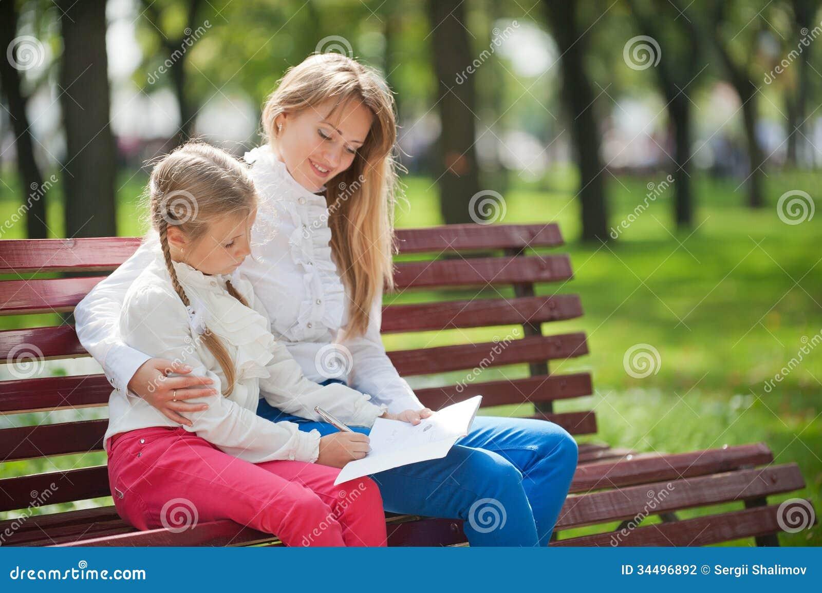 Maman et fille sur un banc de parc photographie stock for Blythe le jardin de maman