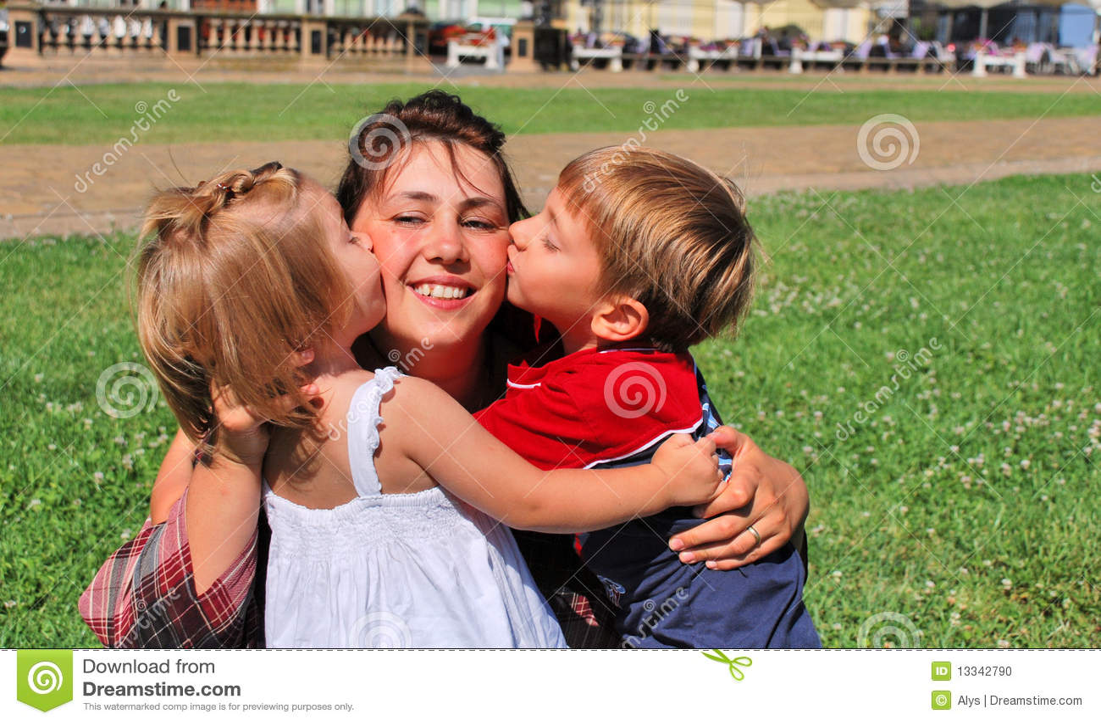 Maman et gosses heureux