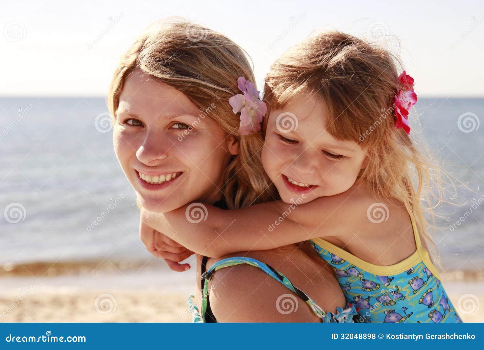 maman et sa petite fille sur la plage photo stock image. Black Bedroom Furniture Sets. Home Design Ideas