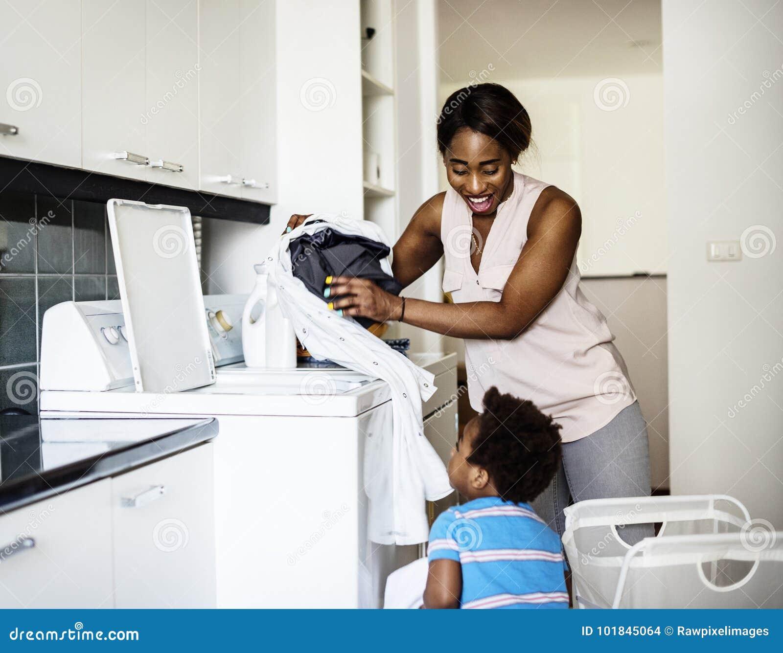 Maman faisant le concept de blanchisserie