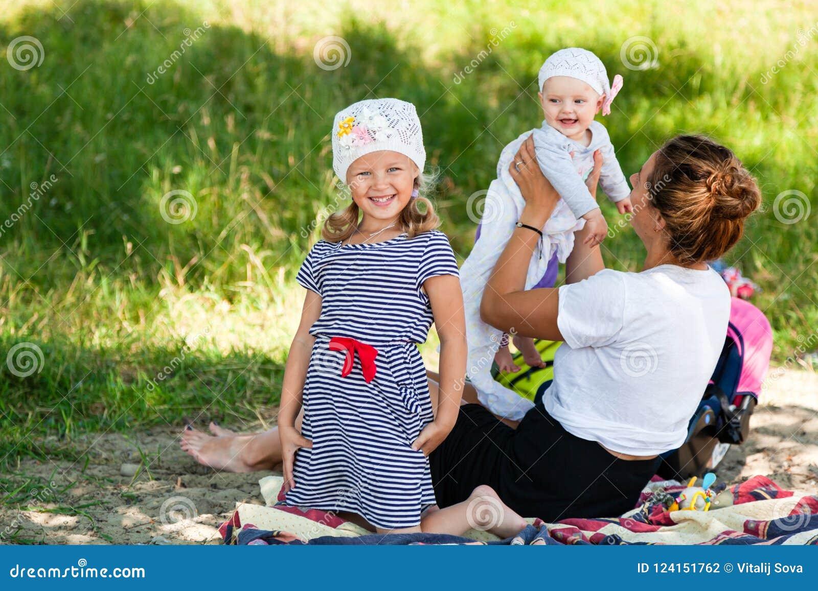 Maman jouant avec ses enfants