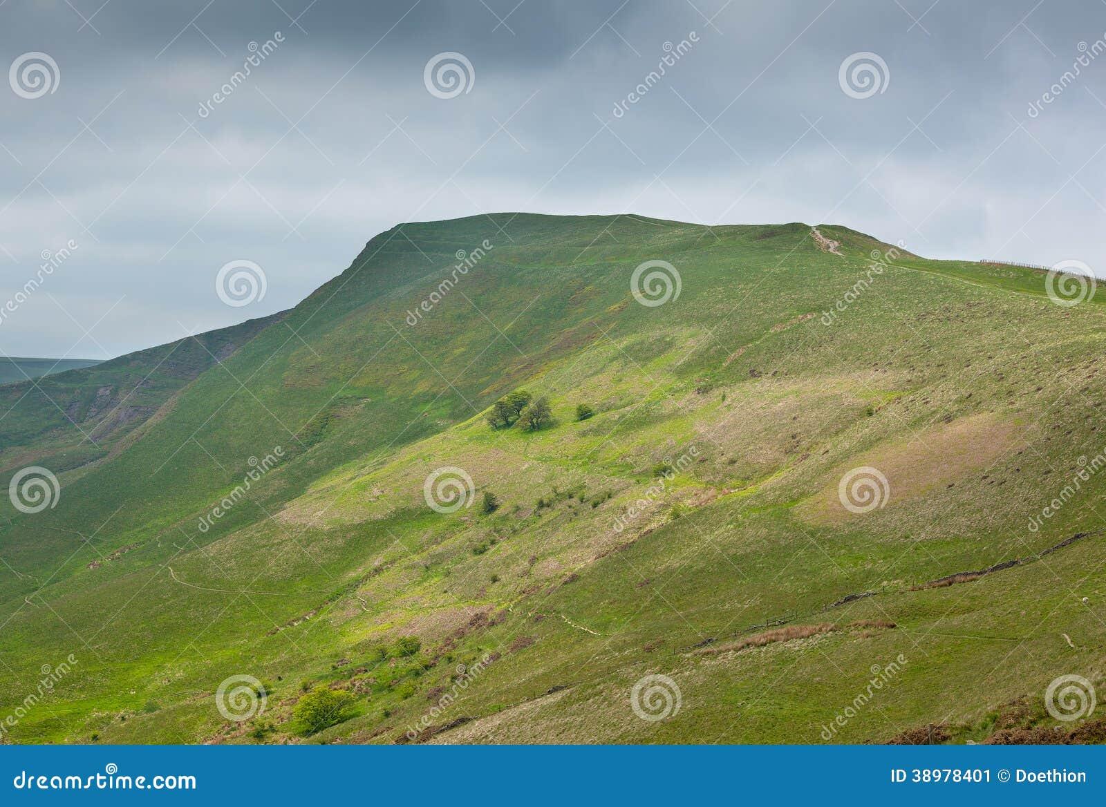 Maman Tor Derbyshire England avec le ciel orageux