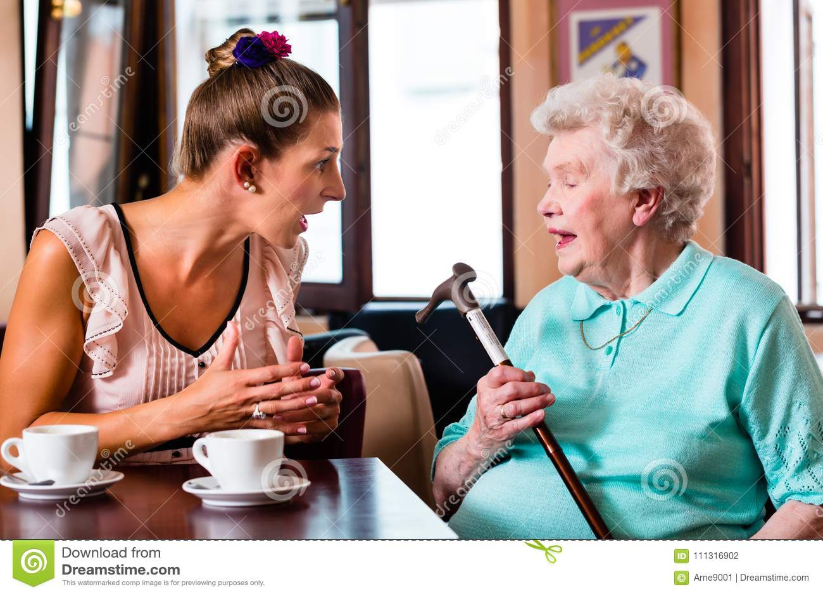 Mamie et petite-fille à l argument en café