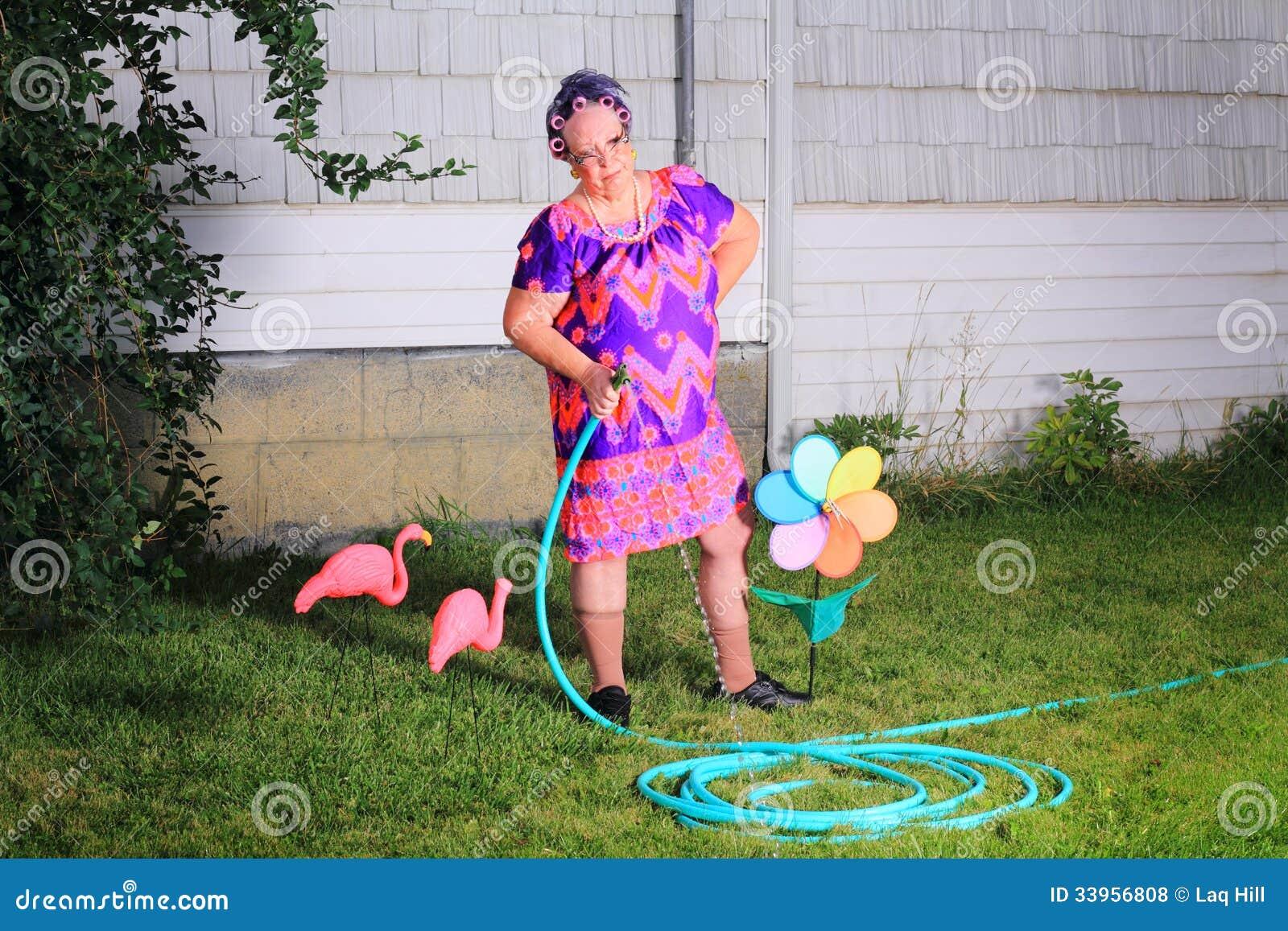 Mamie grincheuse effectuant le jardinage