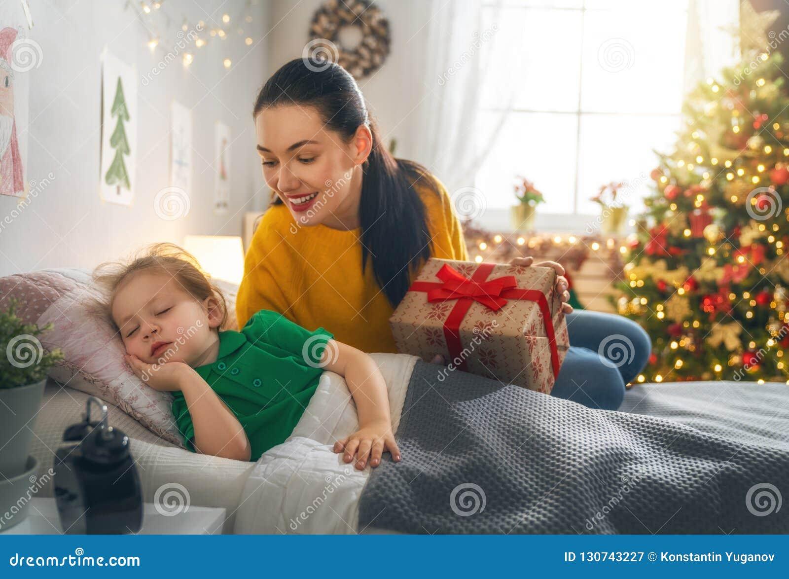Mamma die Cristmas-gift voorbereiden aan dochter