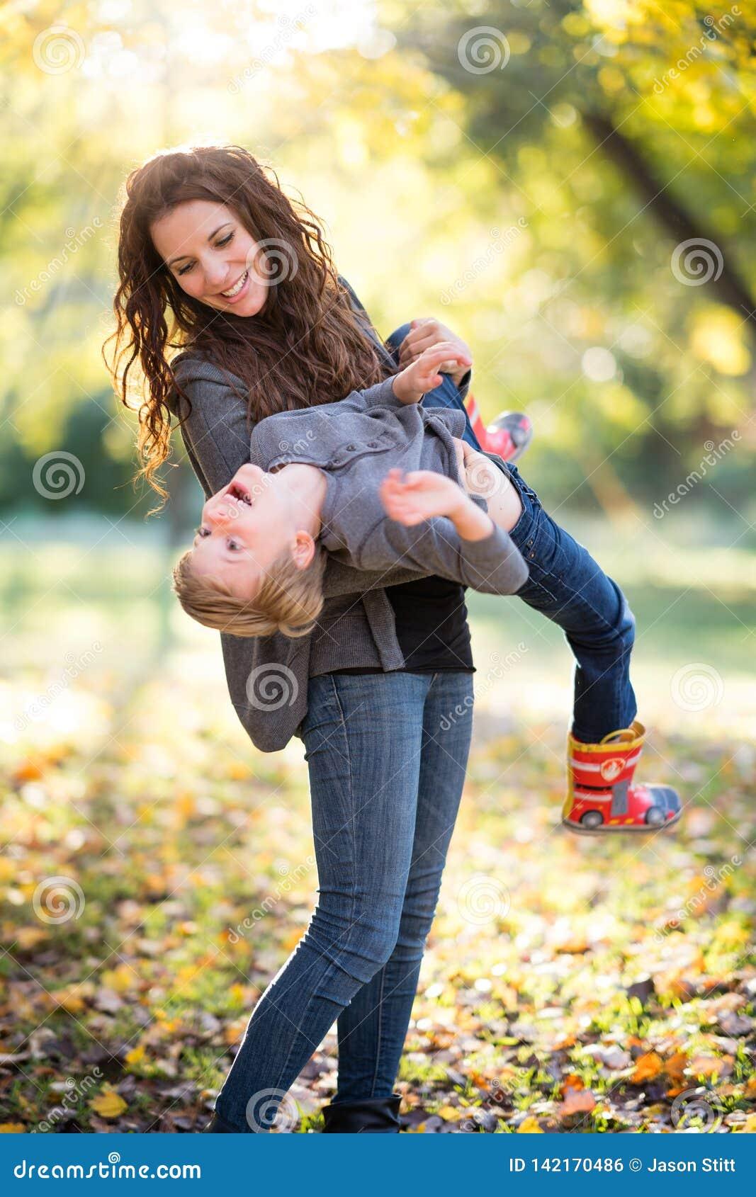 Mamma, die mit Sohn spielt