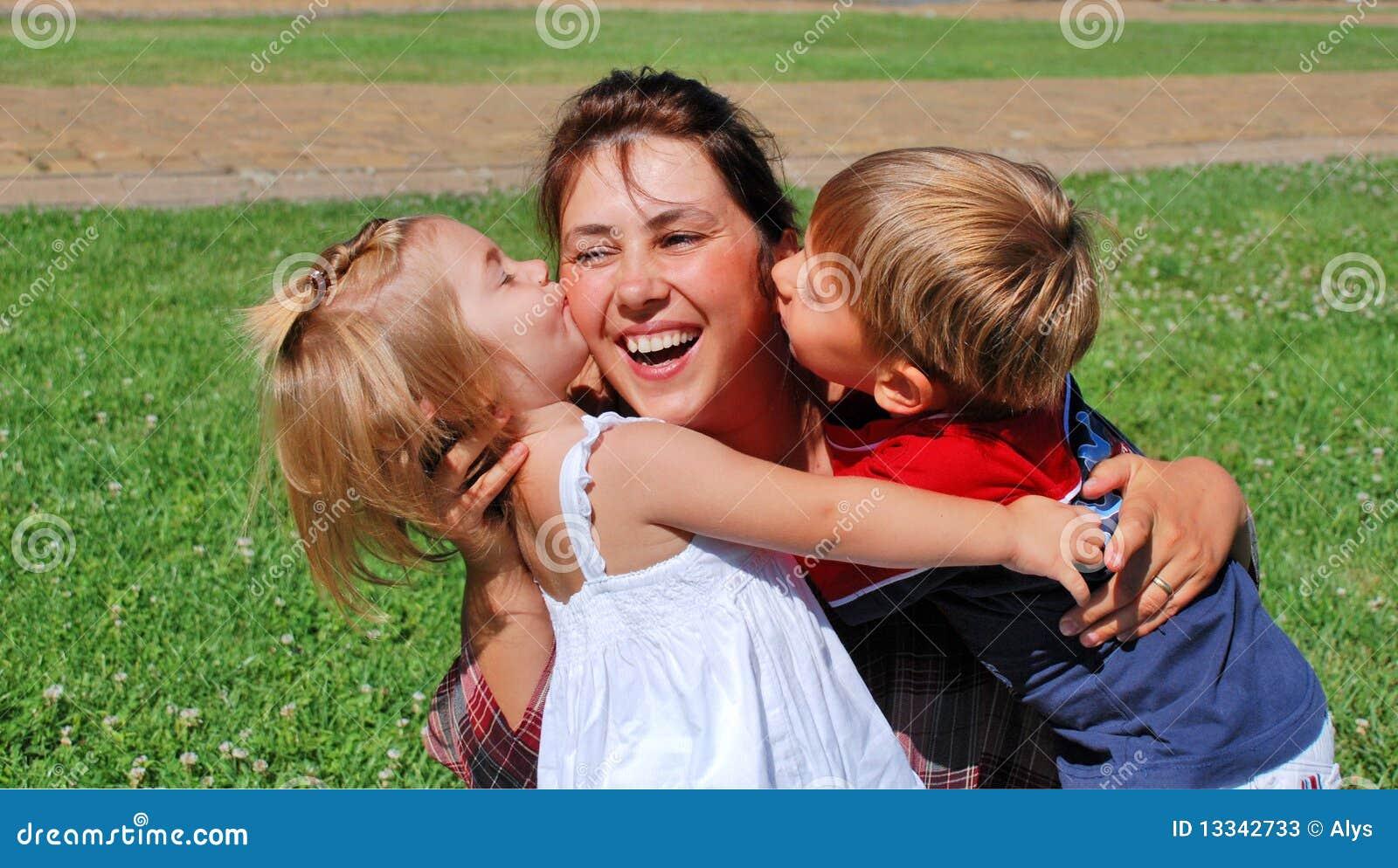 Mamma e bambini felici