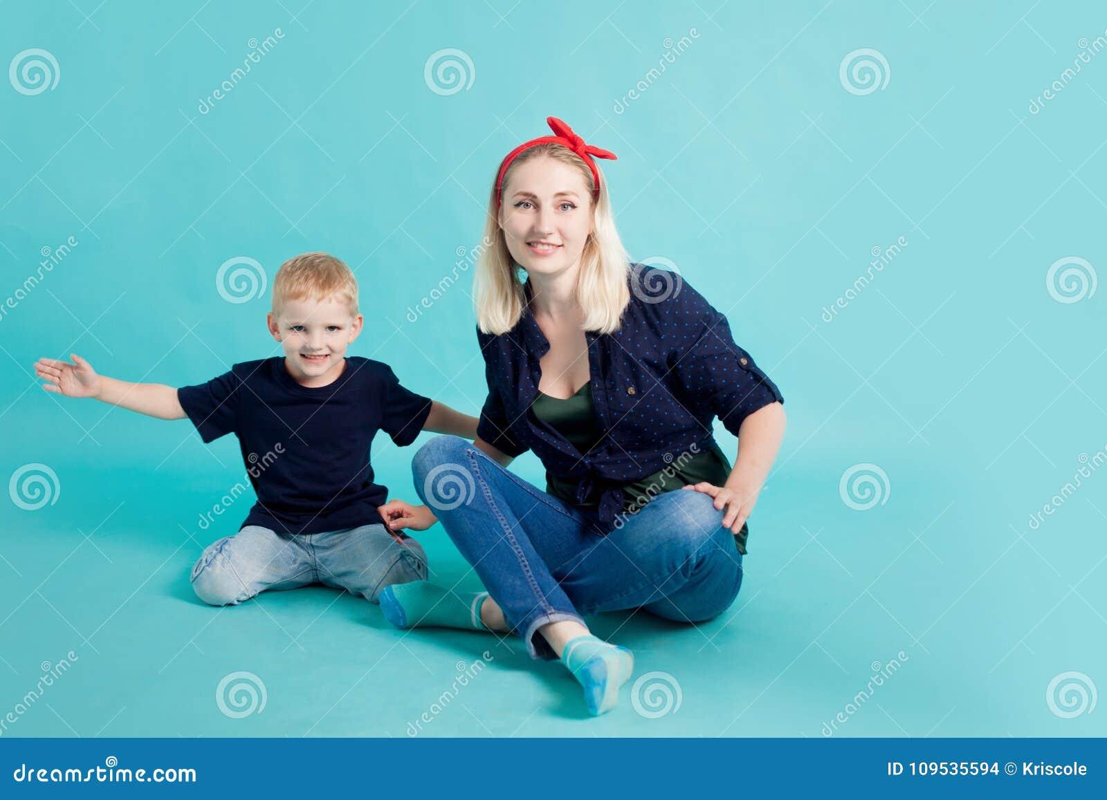 Mamma e figli, ritratto su fondo blu