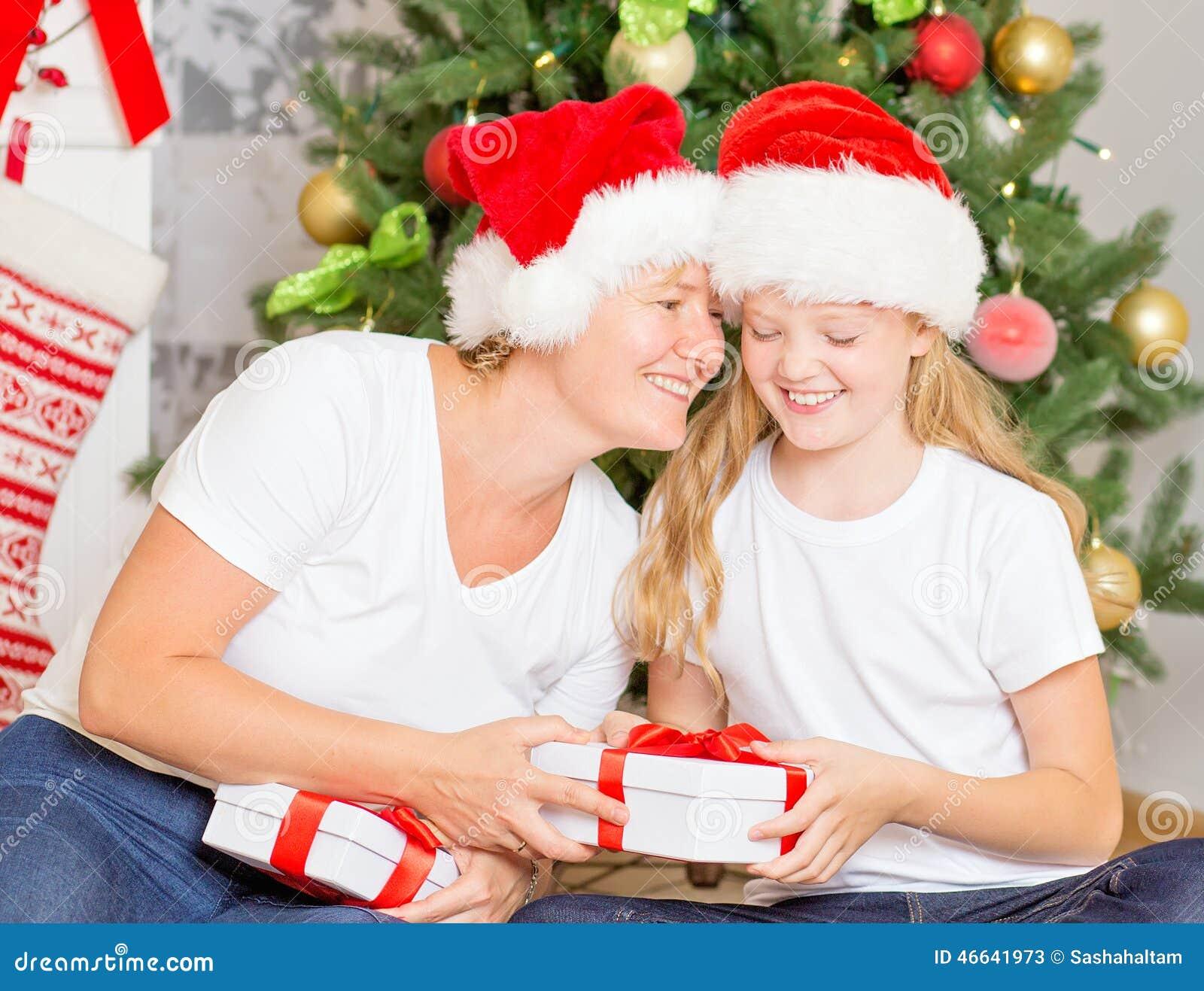 Regali Di Natale Alla Mamma.Mamma E Figlia Felici Con I Regali Di Natale Immagine Stock