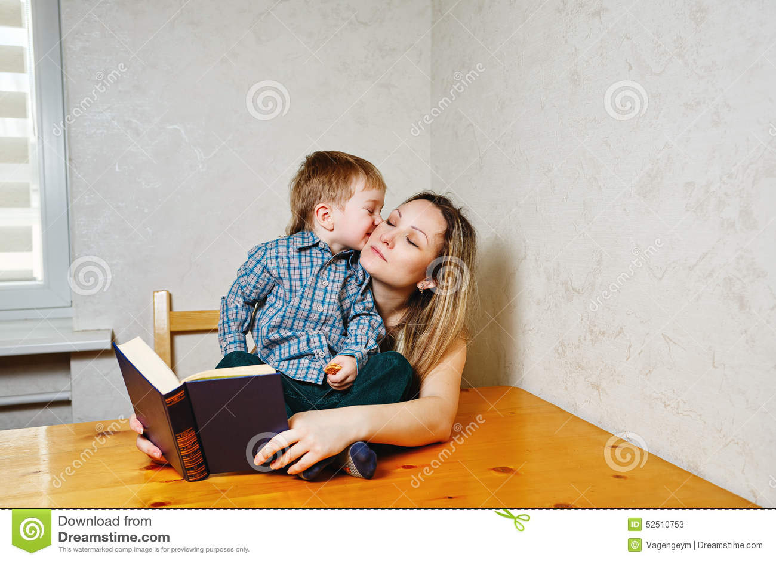 Mamma e figlio che leggono un libro