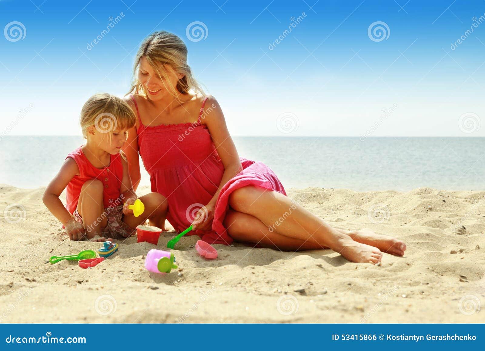 Mamma e la sua piccola figlia che giocano sulla spiaggia