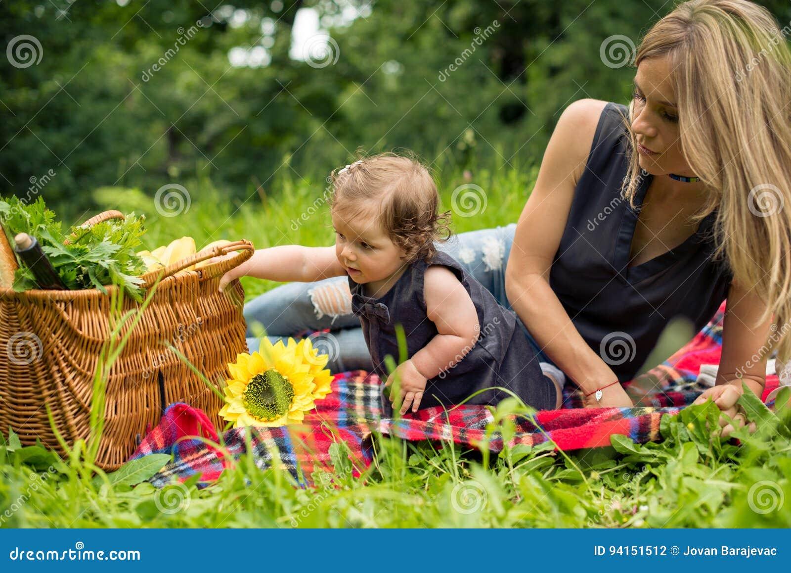 Mamma e neonata in natura che ha picnic