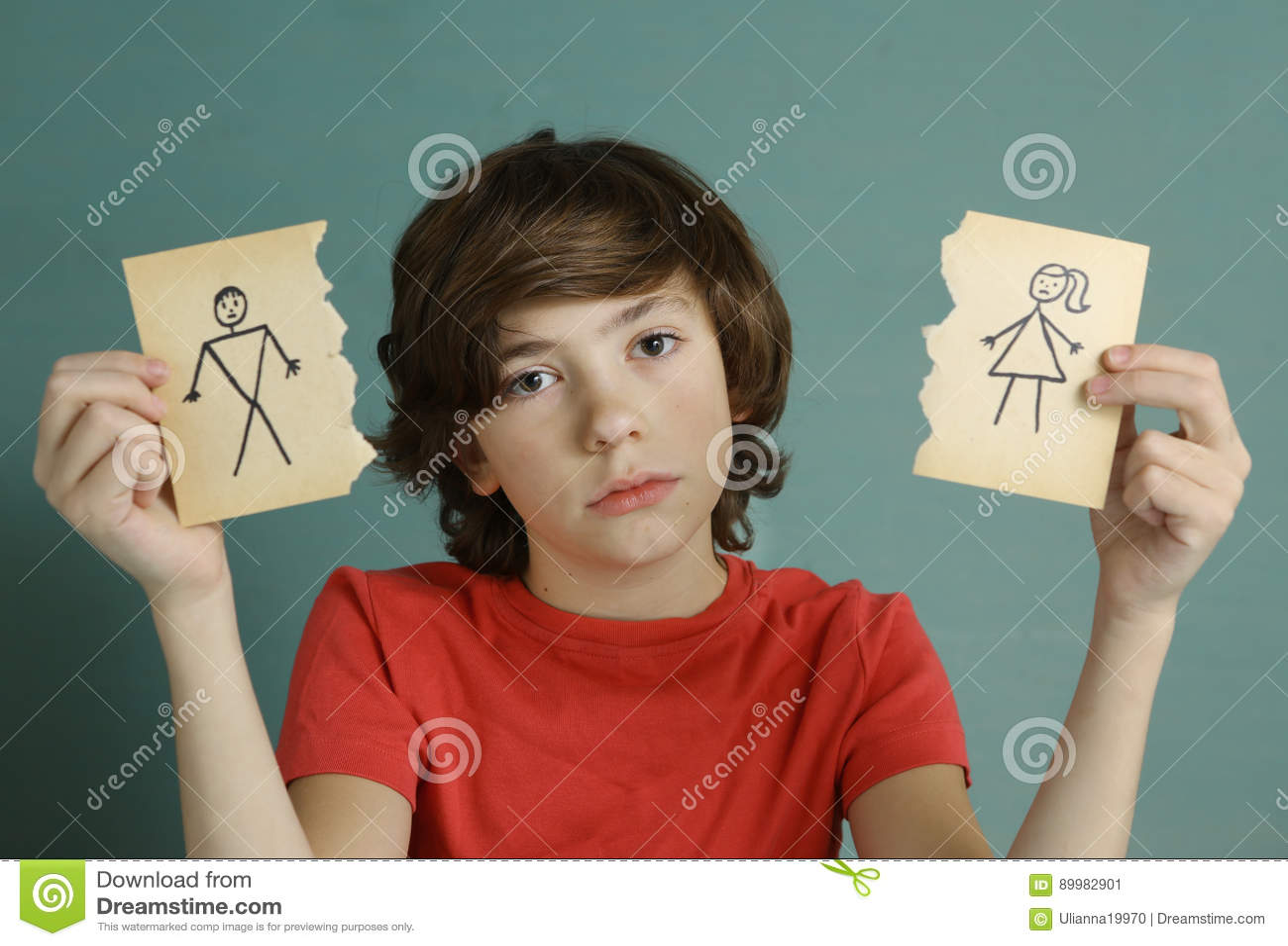 Mamma e papà della tenuta del ragazzo dell adolescente che assorbono due pezzi di carta lacerati