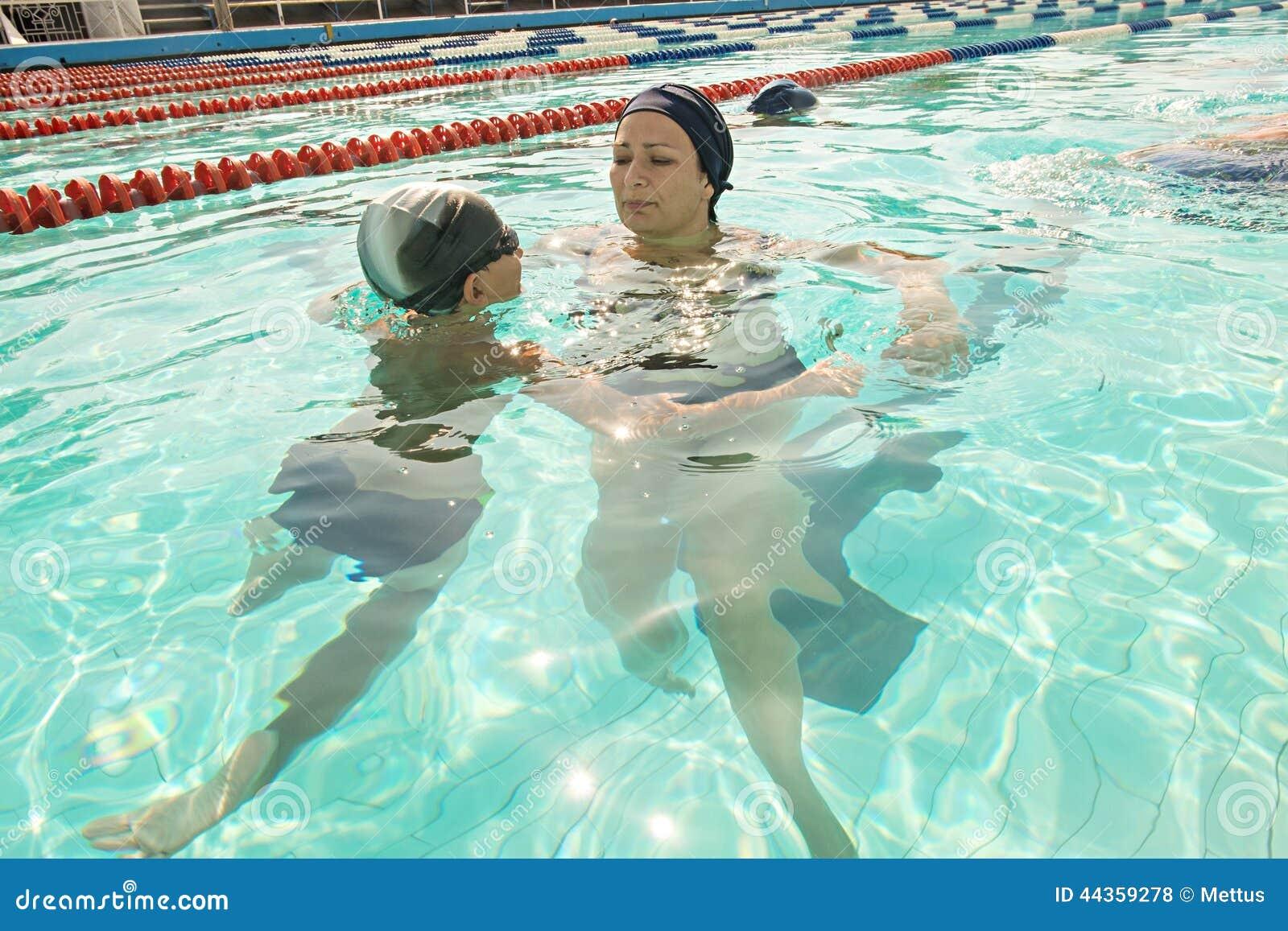 Mamma ed suo figlio nella piscina Dare della madre