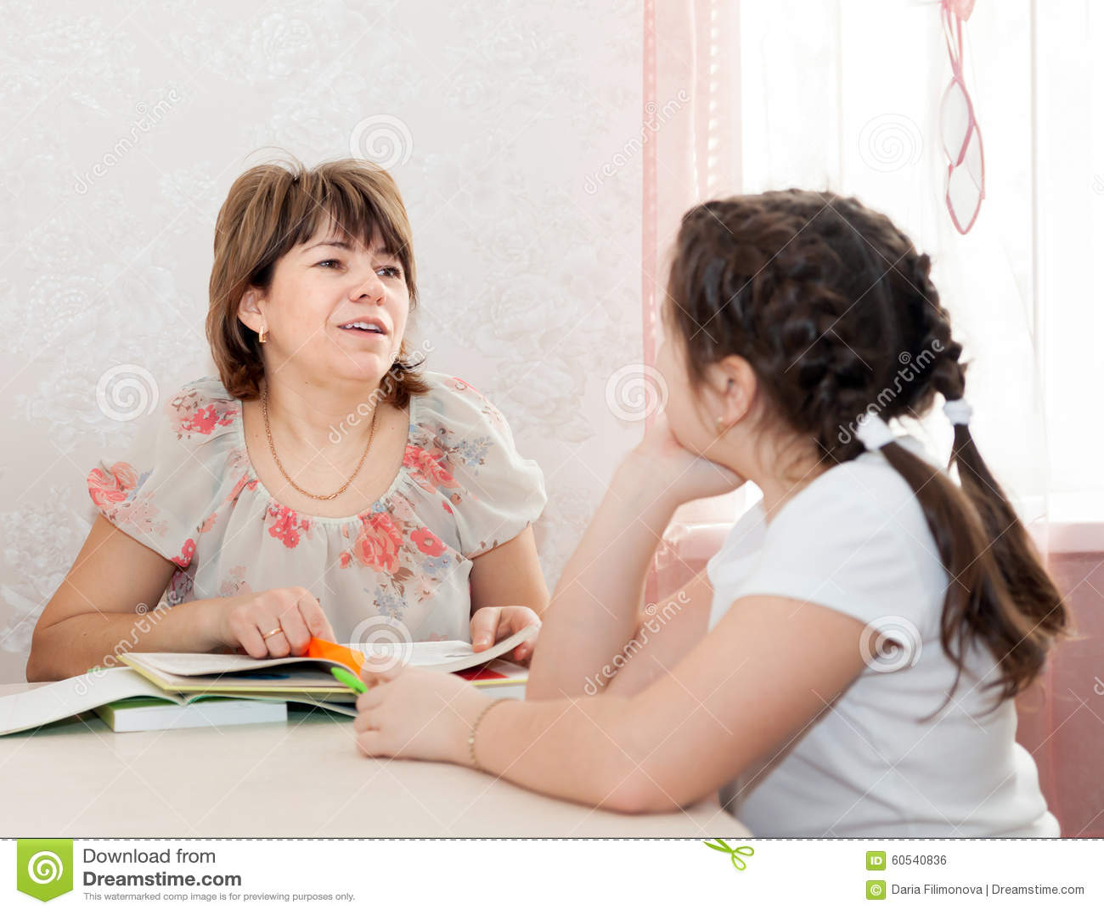 Mamma en dochter die thuiswerk doen